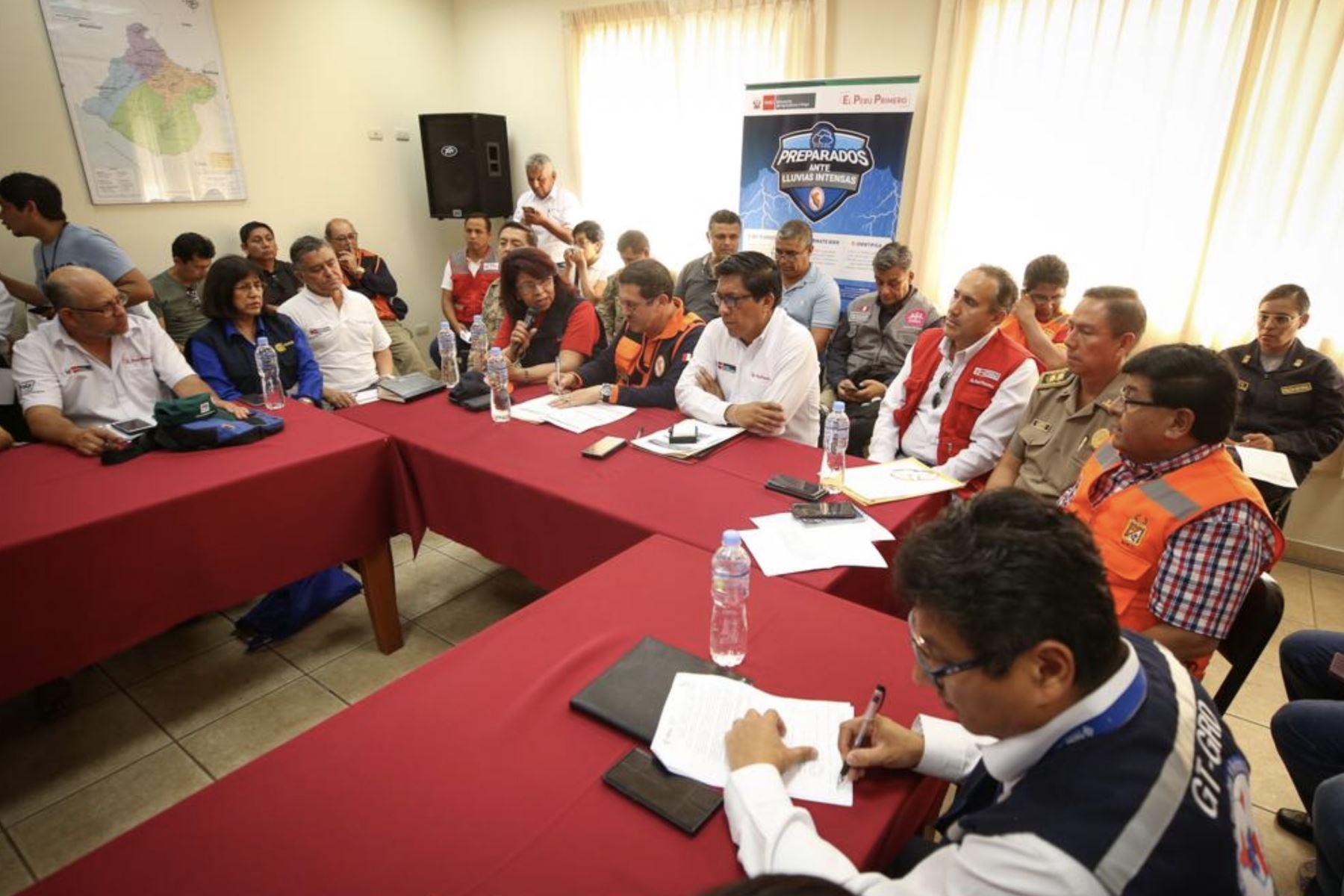 El presidente del Consejo de Ministros, Vicente Zeballo, lidera reunión de trabajo en el COER Tacna con representantes de diversos sectores, que llevan adelante una estrategia de trabajo ante las intensas lluvias y deslizamientos que han afectado a la población de esta región. Foto: PCM