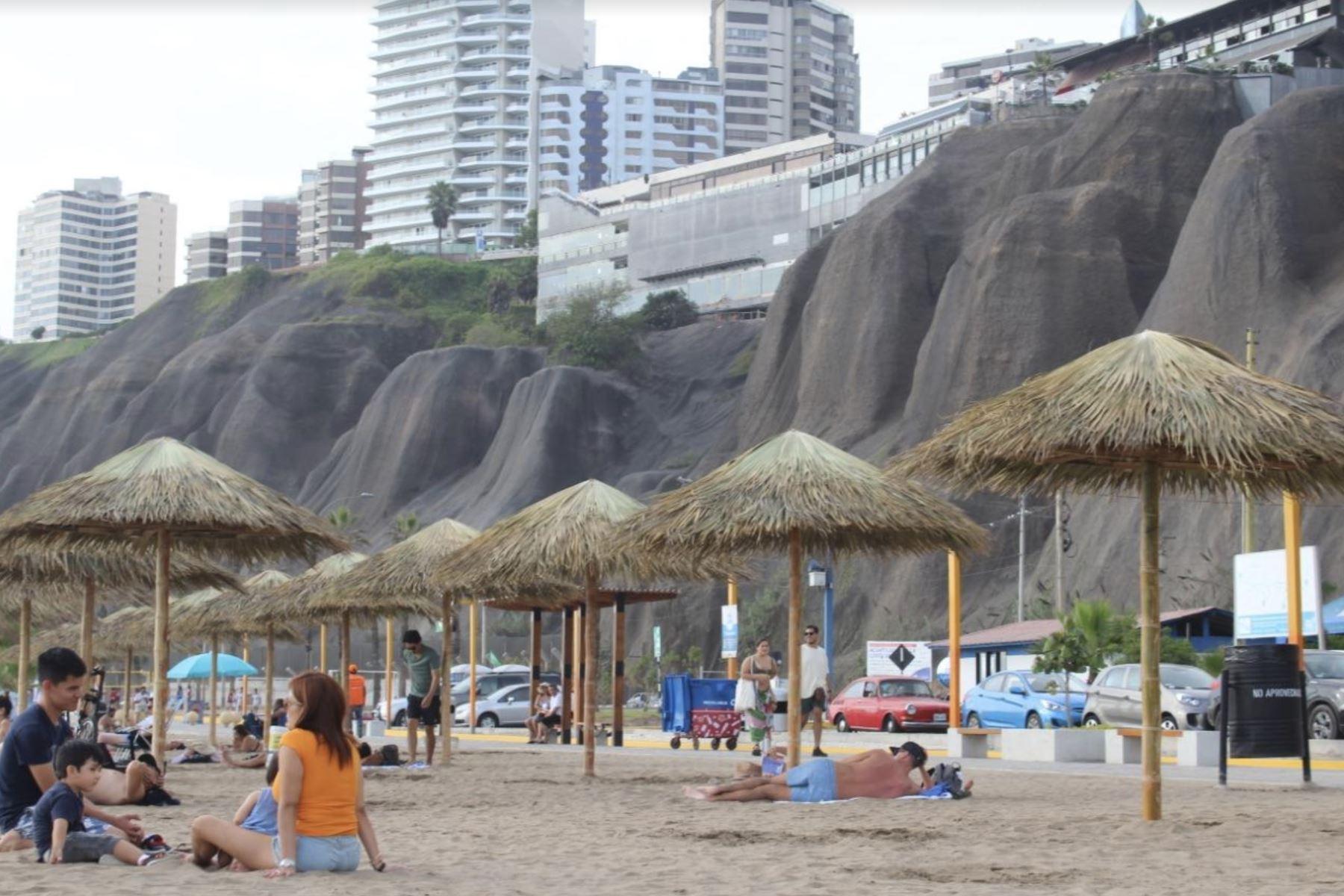 Sombrillas ecológicas en playa Redondo. Foto: ANDINA/Difusión