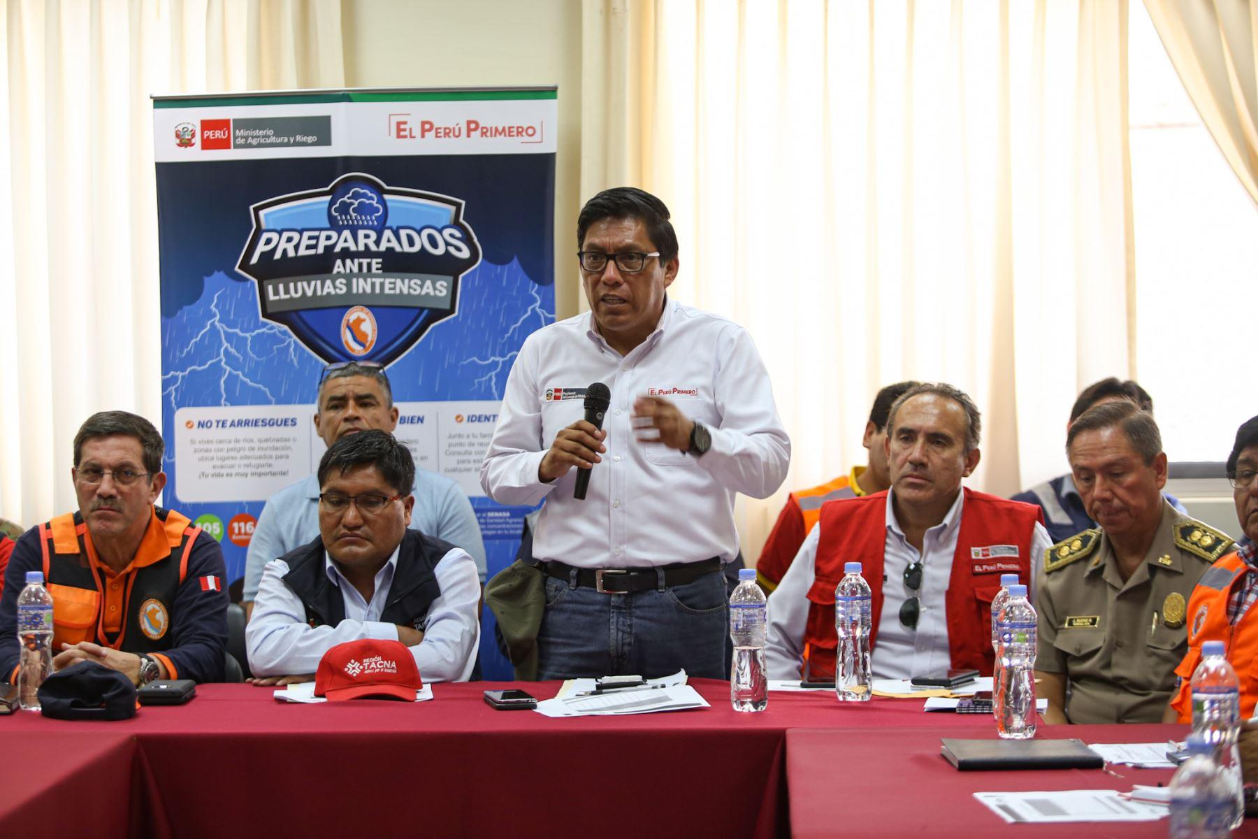El jefe del Gabinete, Vicente Zeballos monitorea la ayuda a los damnificados por el huaico en Tacna.  Foto: PCM