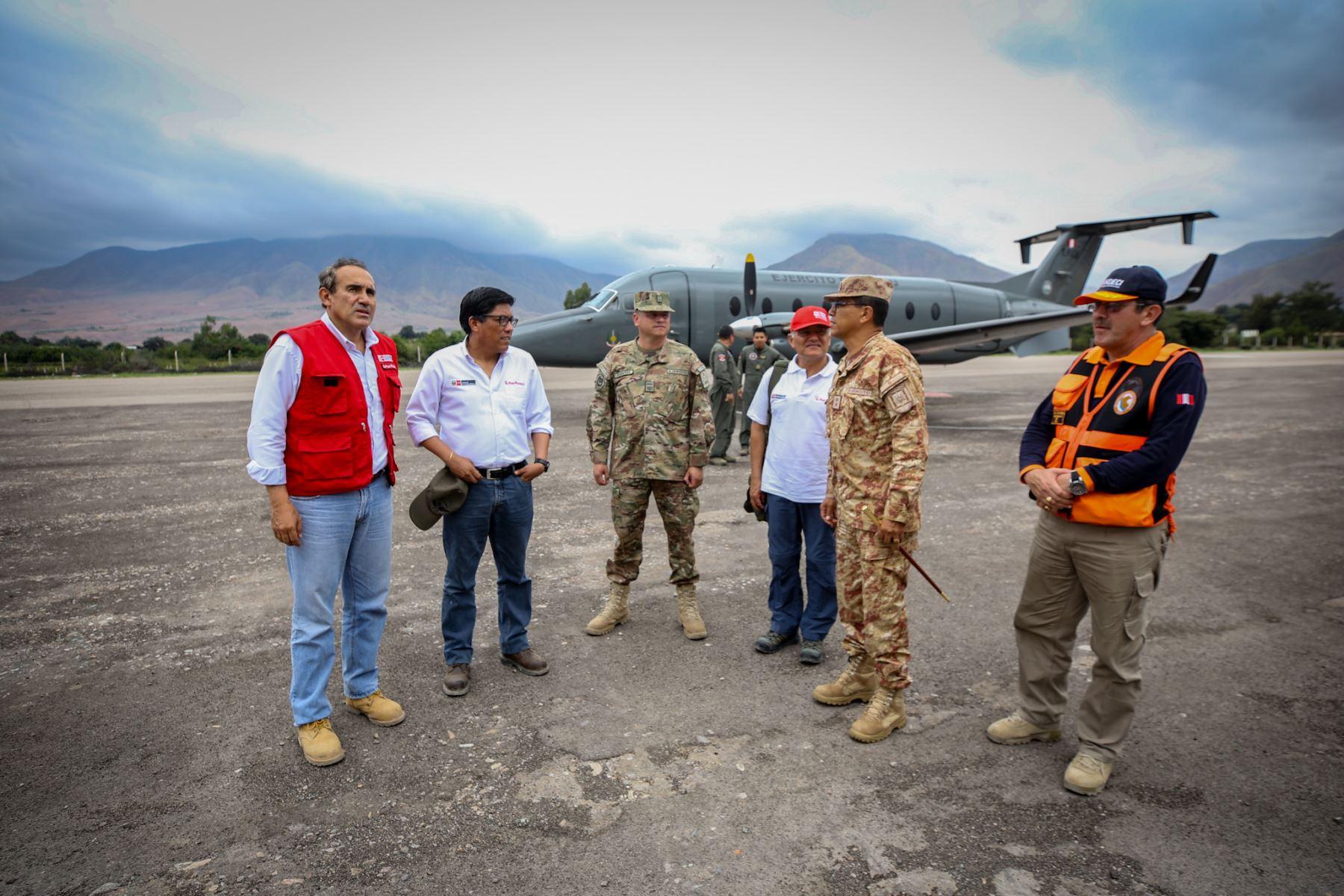 El jefe del Gabinete, Vicente Zeballos monitorea la ayuda a los damnificados por el huaico en Tacna. Señaló que se han instalado 50 carpas provisionales con capacidad para 4 personas cada una, y que se instalarán módulos de vivienda en un lugar seguro. Foto: PCM