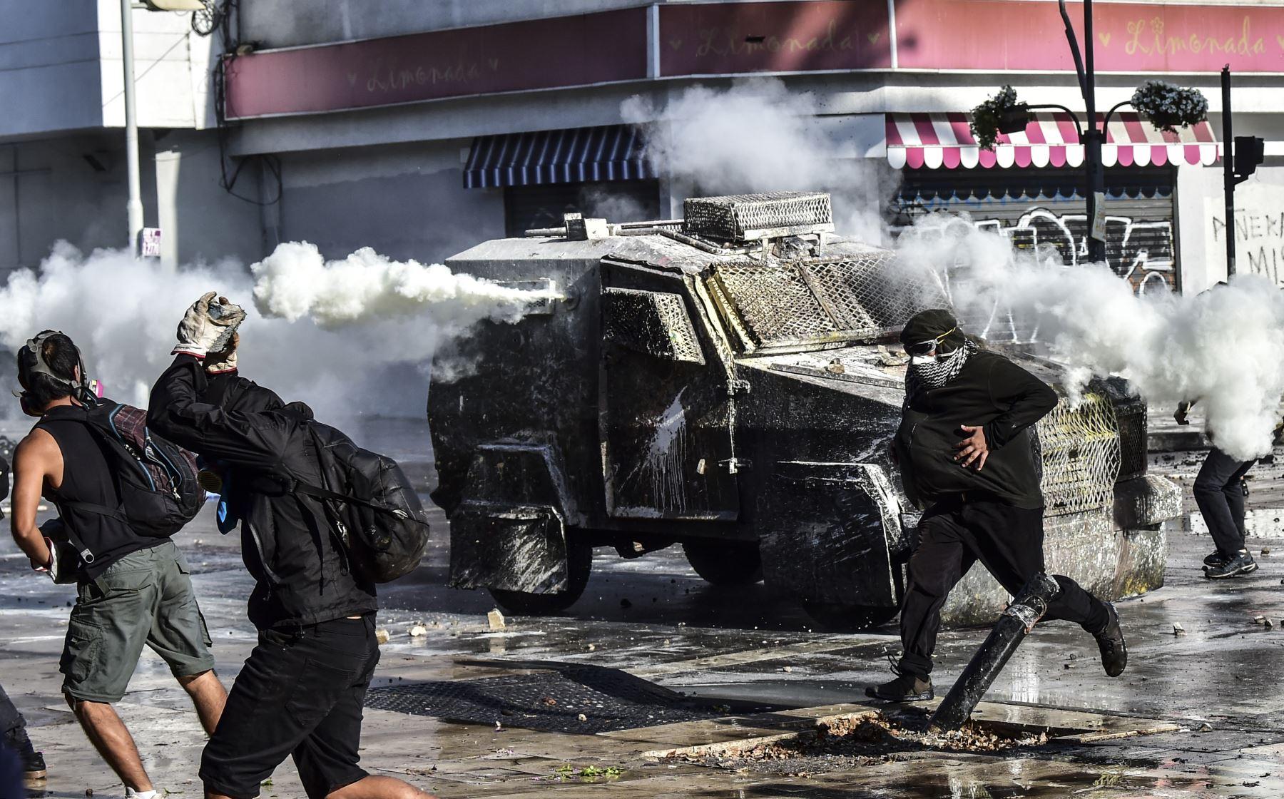 Los manifestantes se enfrentan con la policía durante una protesta contra el gobierno del presidente chileno Sebastián Piñera en Viña del Mar, durante el Festival de Música de Viña del Mar. Foto: AFP
