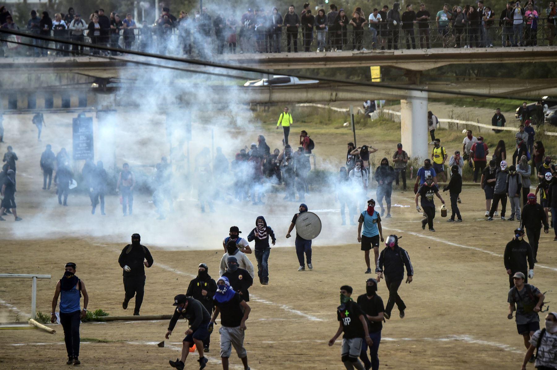 Los manifestantes se dispersaron con gases lacrimógenos durante una protesta contra el gobierno del presidente chileno Sebastián Piñera en Viña del Mar. AFP