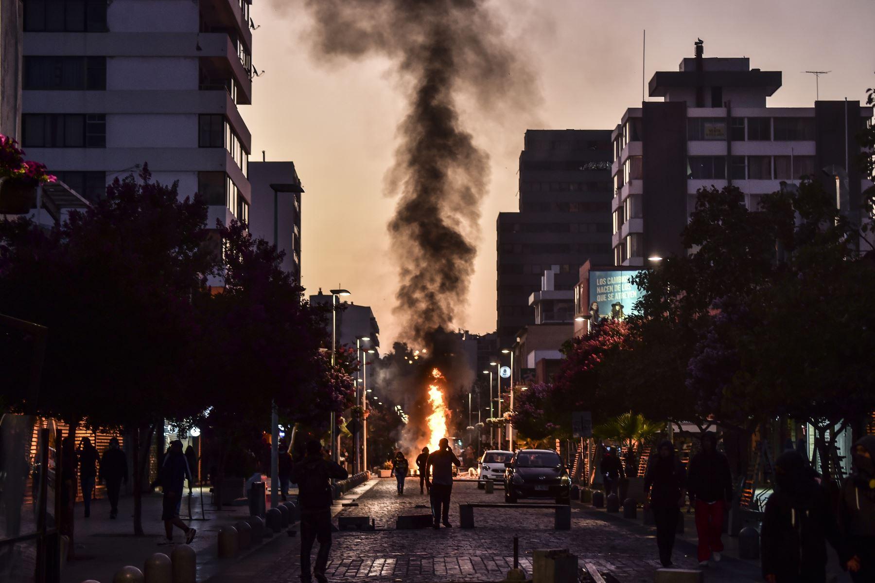 Los manifestantes son vistos en una barricada durante una protesta contra el gobierno del presidente chileno Sebastián Piñera en Viña del Mar. AFP