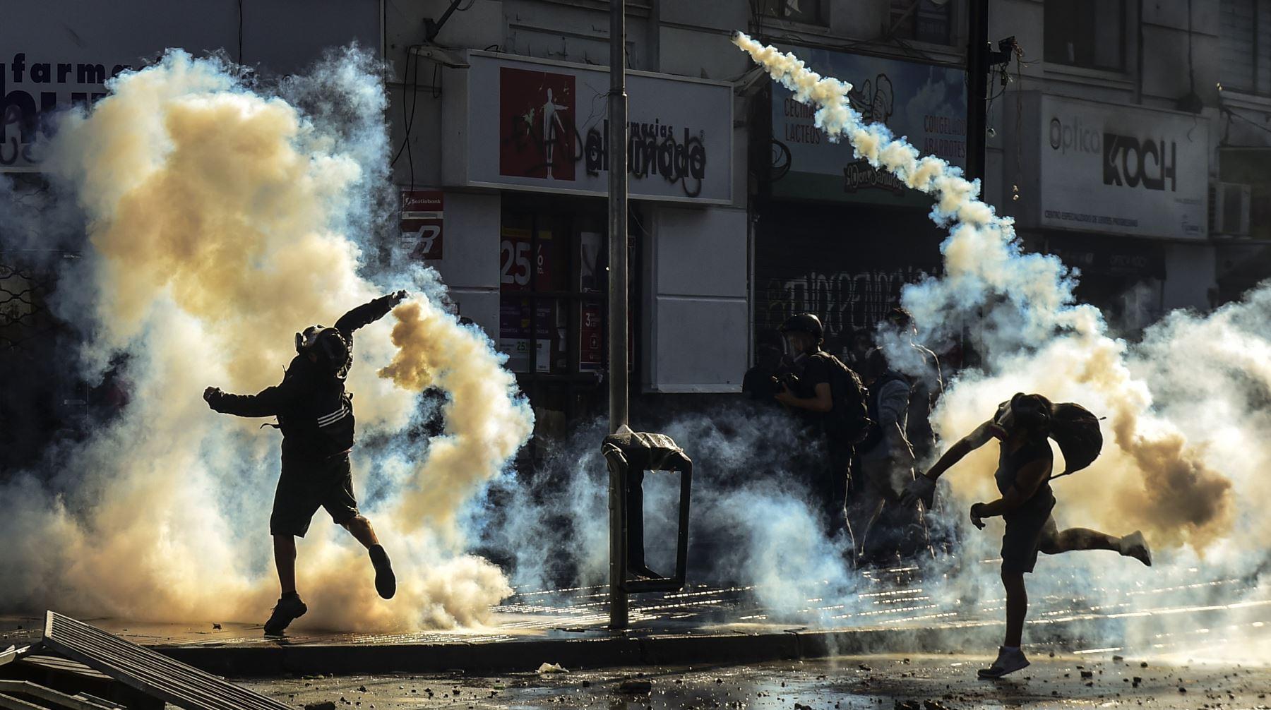 Manifestantes chocan con la policía durante una protesta contra el gobierno del presidente chileno Sebastián Piñera en Viña del Mar. AFP