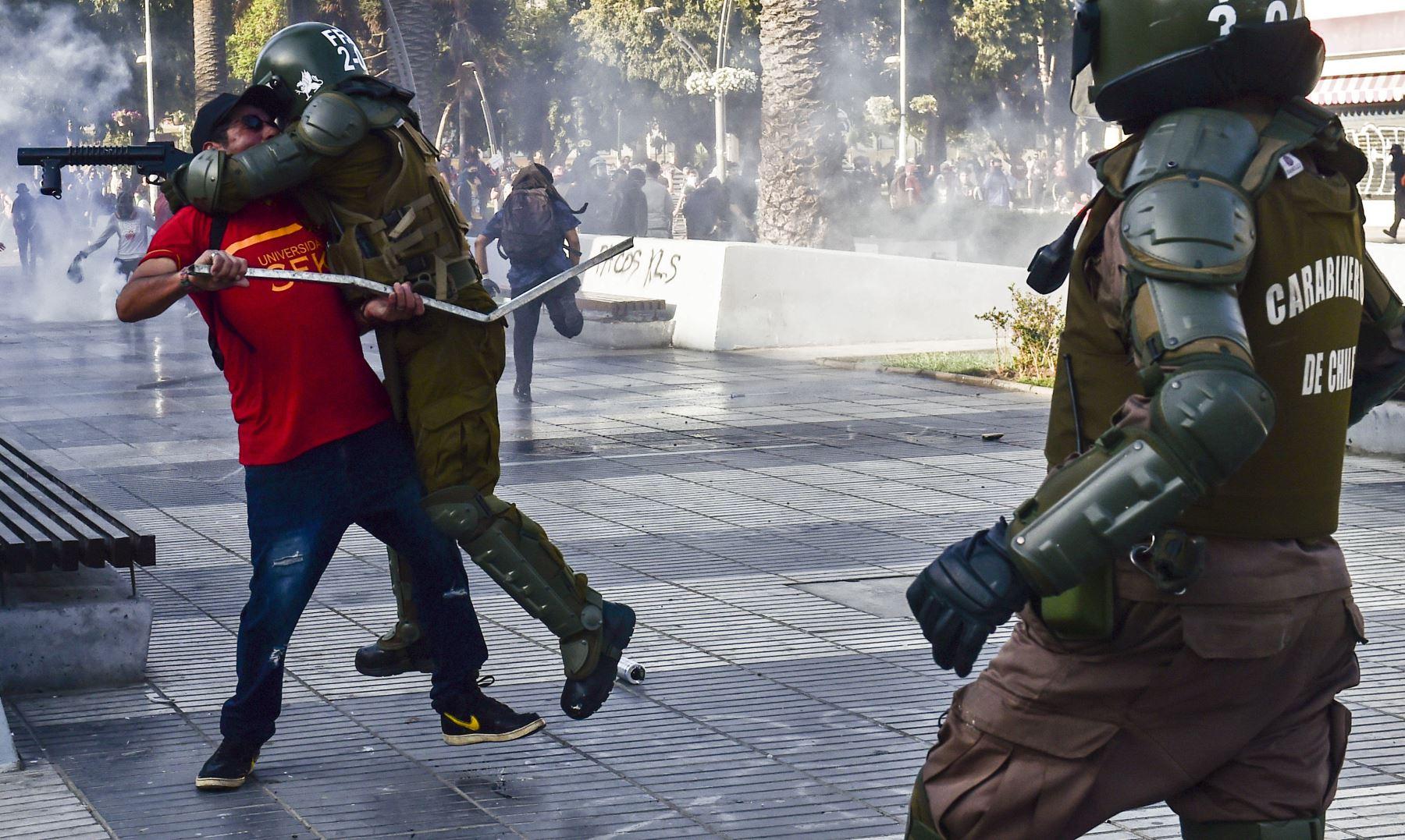 Un manifestante se enfrenta con la policía durante una protesta contra el gobierno del presidente chileno Sebastián Piñera en Viña del Mar. AFP