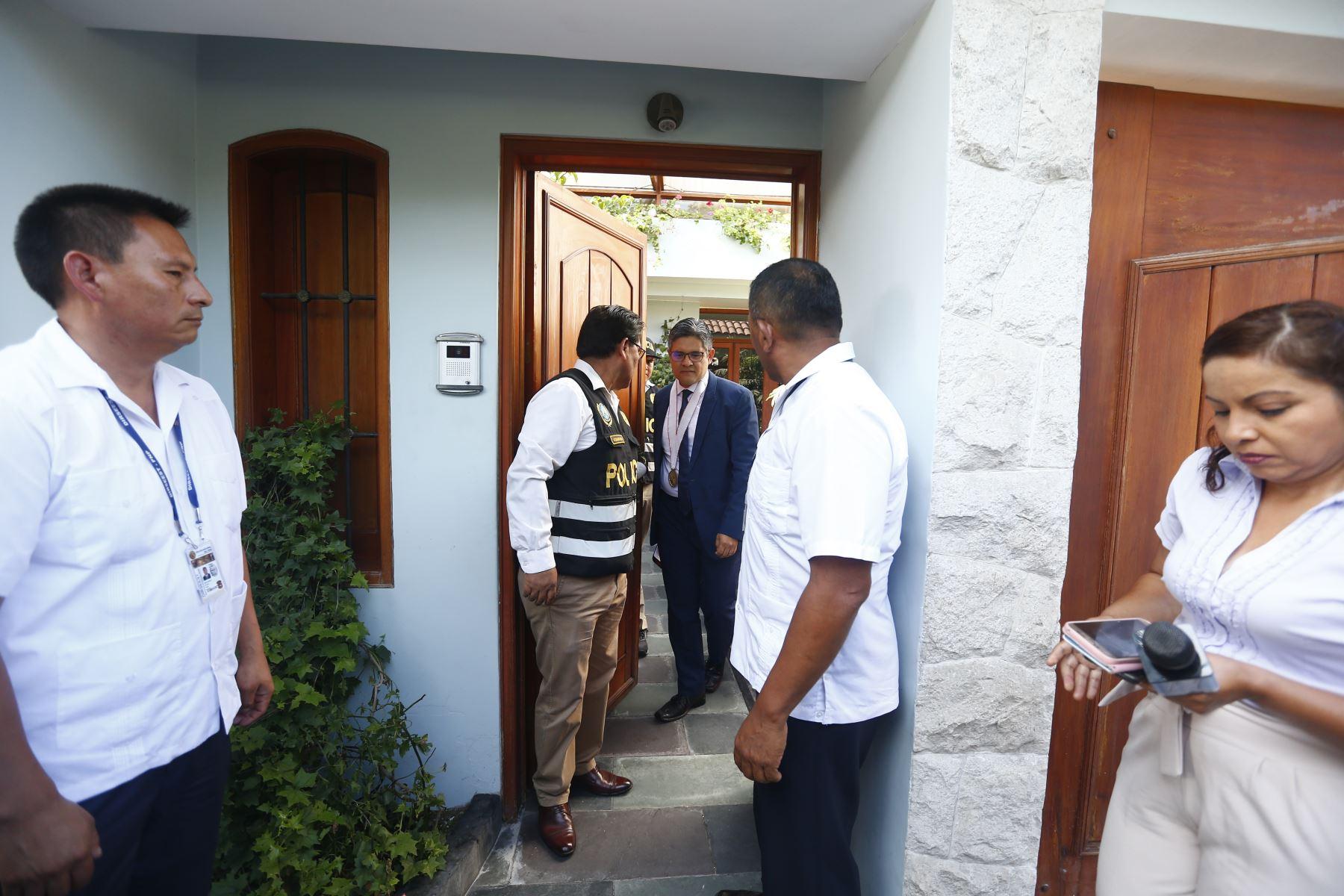 El fiscal José Domingo Pérez, declara a la prensa en la vivienda del ex gobernador regional de Lambayeque y ex presidente del Consejo de Ministros, Yehude Simon. Foto: ANDINA/Jhonel Rodríguez Robles
