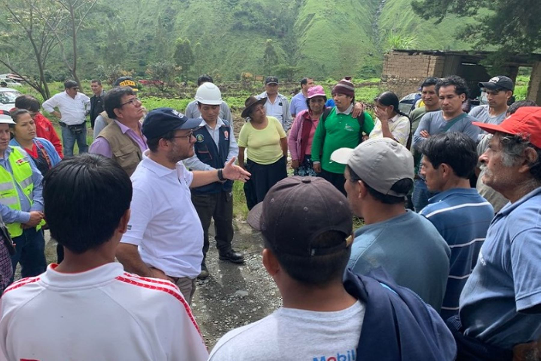 Cusco: ministro Edgar Vásquez llegó al distrito de Santa Teresa afectado por aluvión