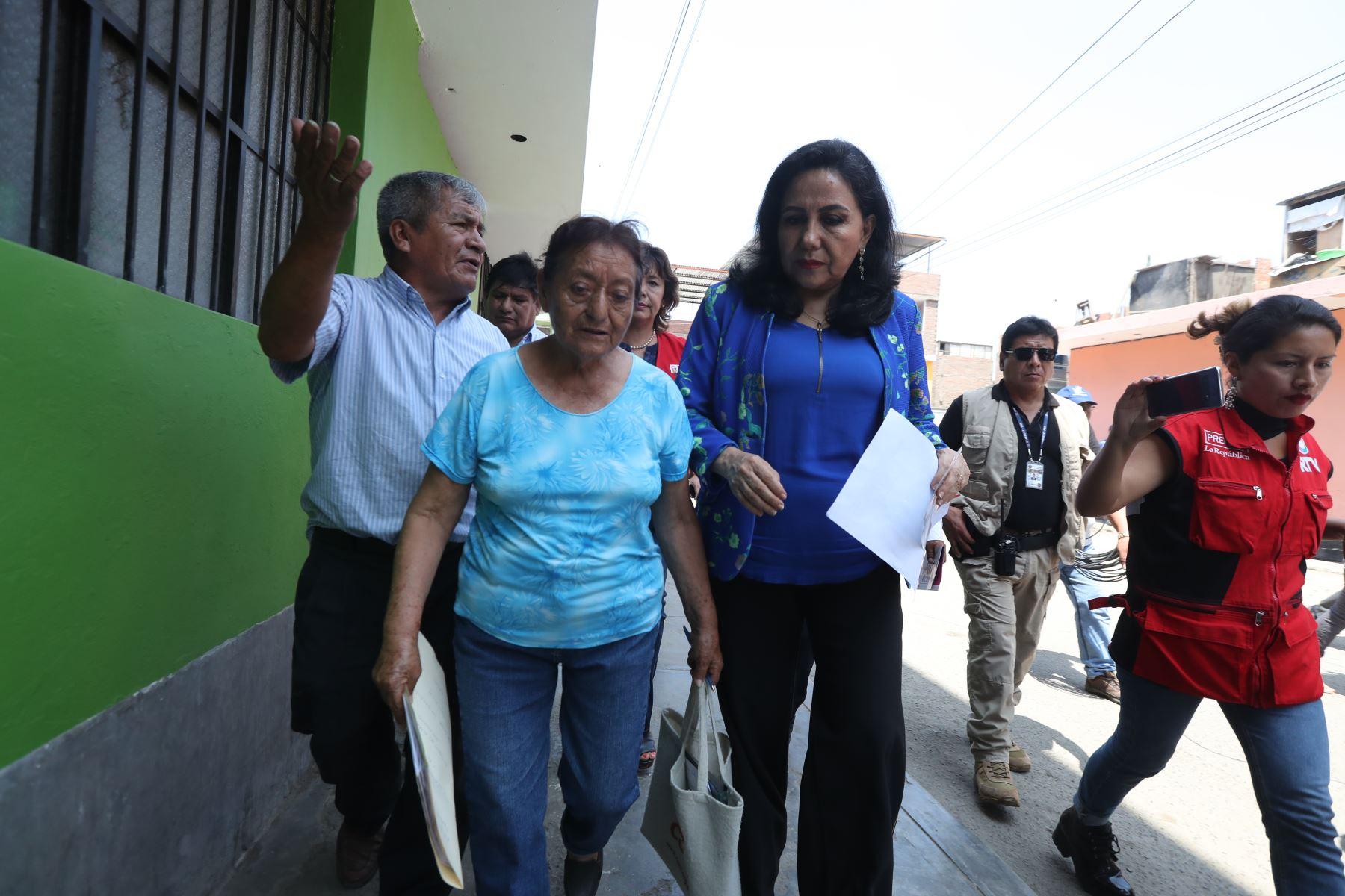"""Ministra de la Mujer, Gloria Montenegro durante la actividad preventiva """"Casa por casa"""" contra la violencia hacia la mujer y familia. Foto: ANDINA/Melina Mejía"""
