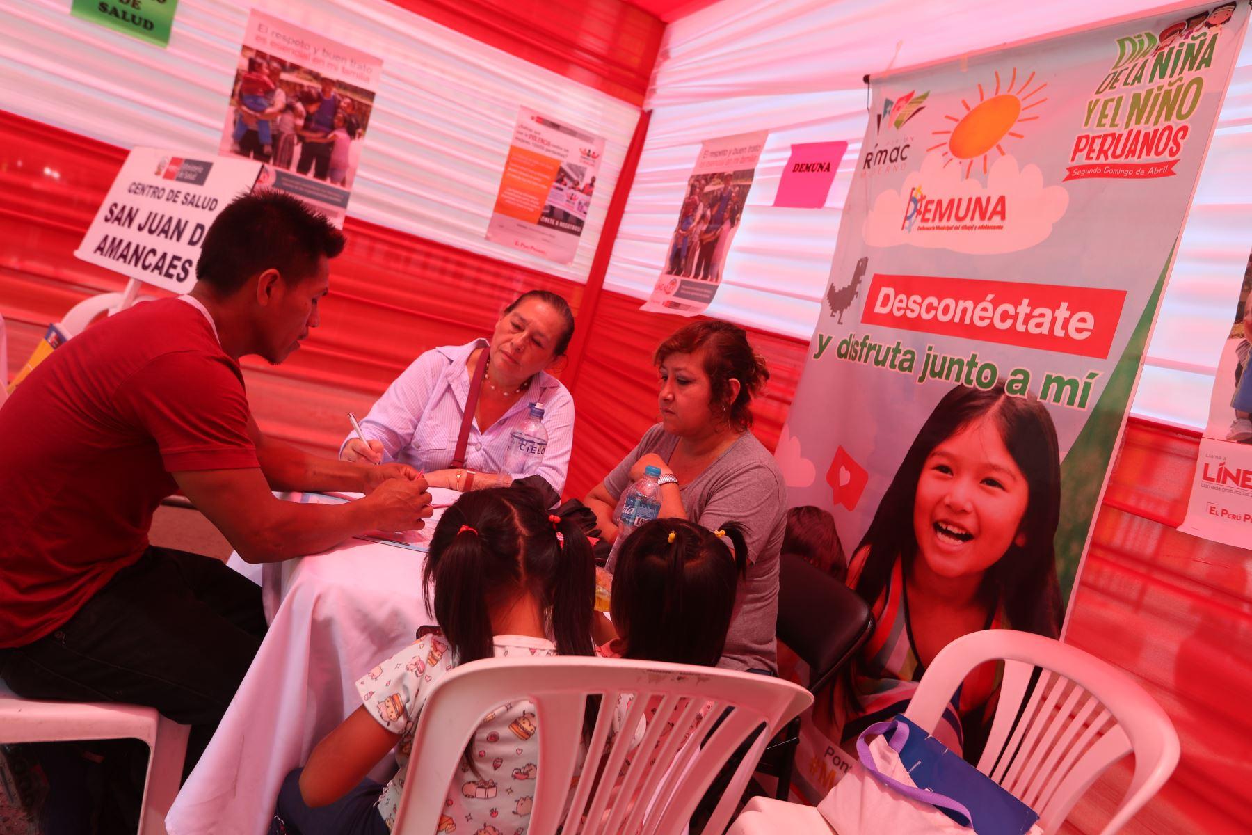 """Actividad preventiva """"Casa por casa"""" contra la violencia hacia la mujer y familia. Foto: ANDINA/Melina Mejía"""