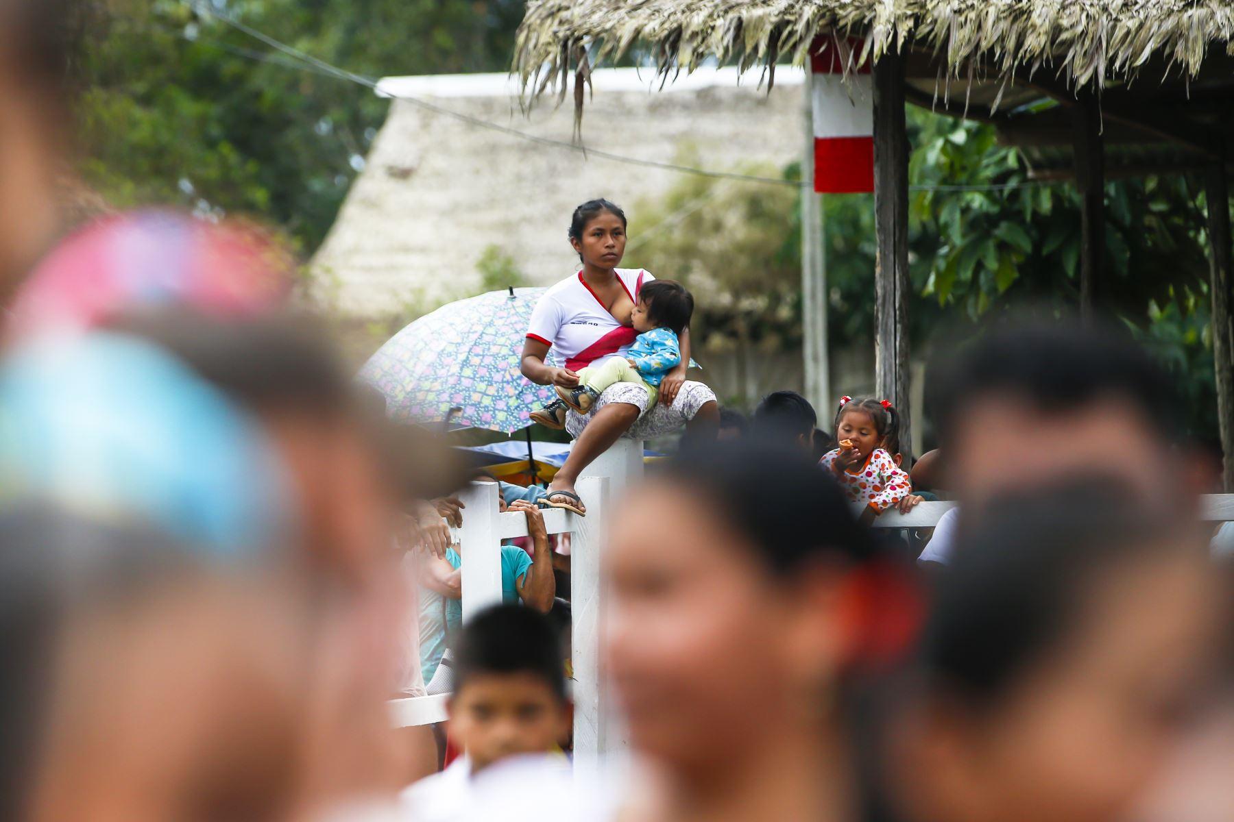 Mujer da de lactar a su hijo durante la inauguración de un TAMBO en el Distrito de Santa Clotilde en Naño – Loreto.Foto: ANDINA/Carla Patiño