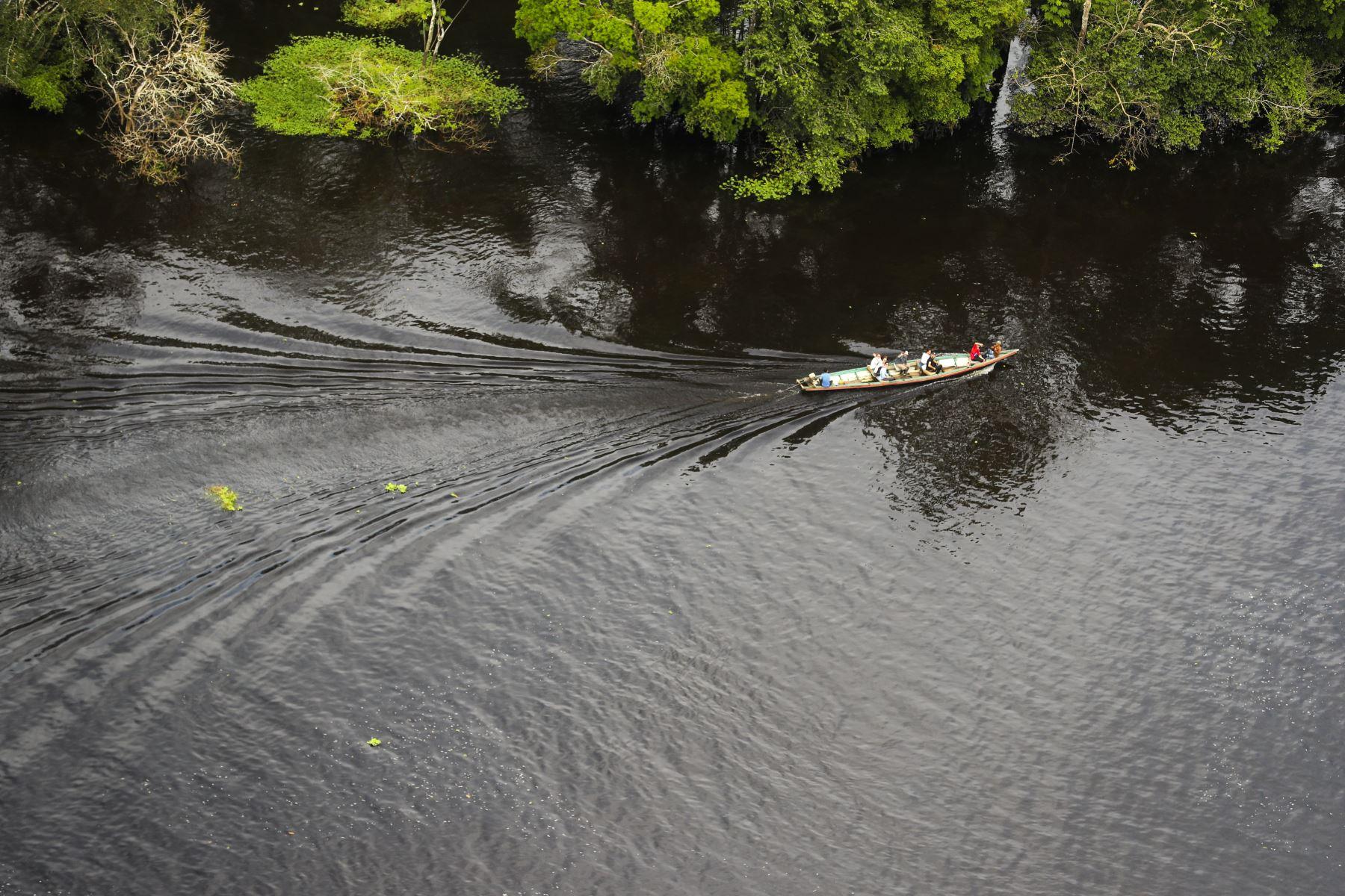 Imagen panorámica del viaje de unos turistas por el río Amazonas : ANDINA/Andrés Valle