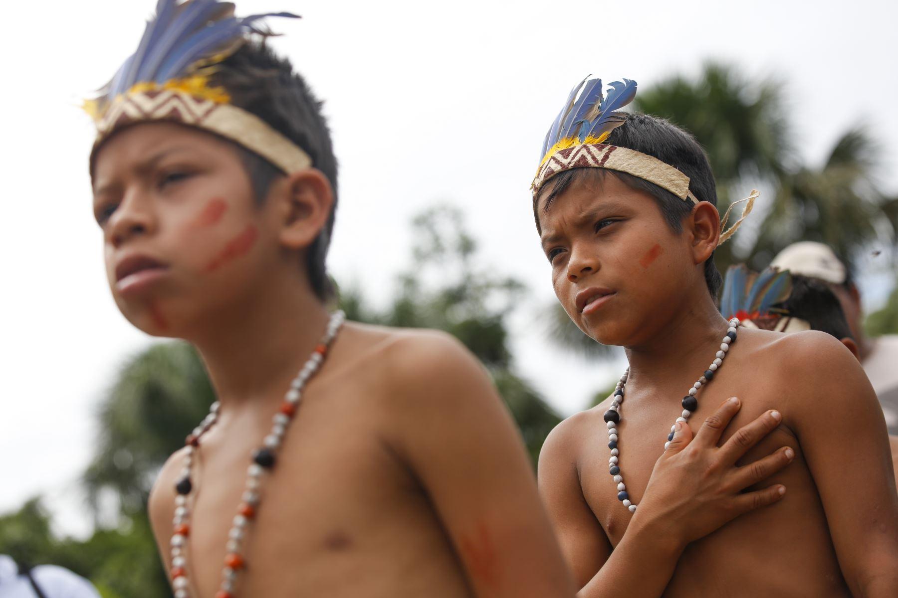 Niños shipibos cantan orgullosos el himno Nacional en la Reserva de Pacaya Samiria. Foto: ANDINA/Carla Patiño