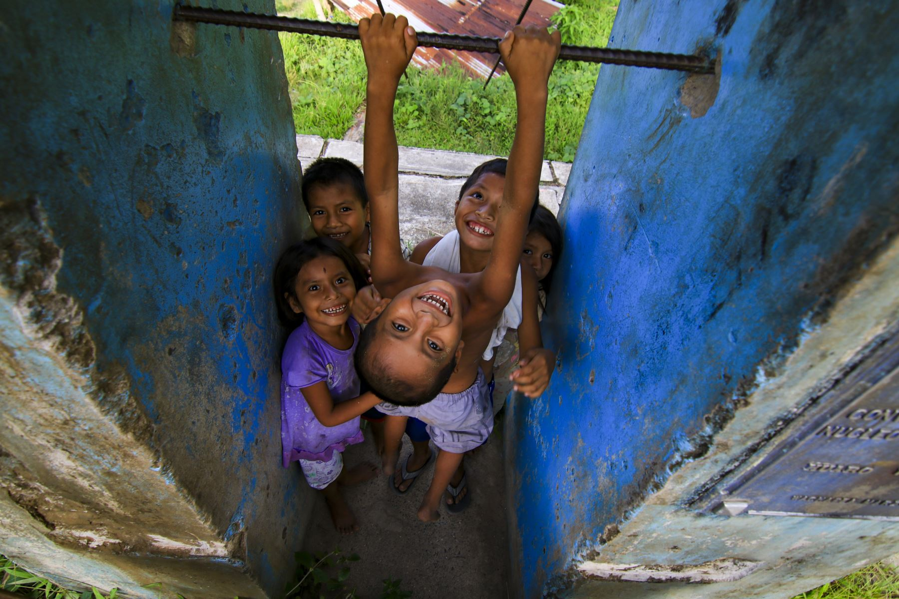 Niños juegan en su comunidad mientras esperan a sus padres. En Chiriaco, Amazonas. Foto: ANDINA/Juan Pablo Azabache