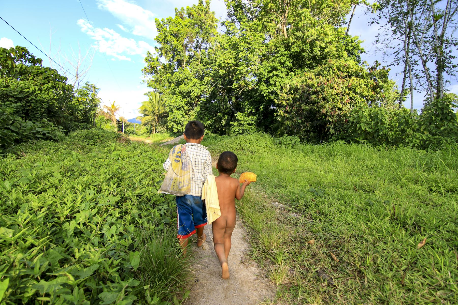 Niños regresan a su casa luego de jugar a las orillas del Rio Marañon. Foto:ANDINA/Juan Pablo Azabache