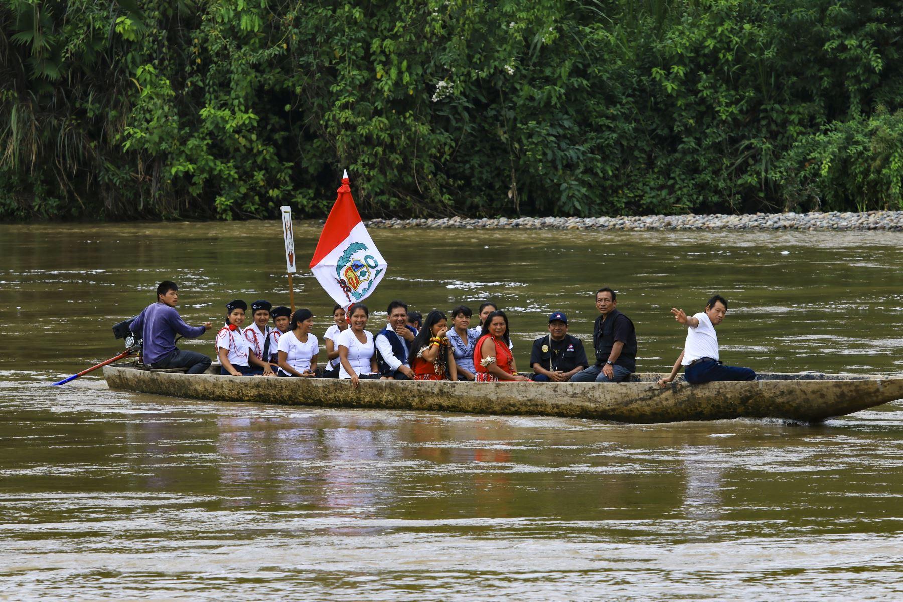 Alumnas del Colegio San José, cruzan el rio Marañon para dirigirse a clases. Foto:ANDINA/Juan Pablo Azabache