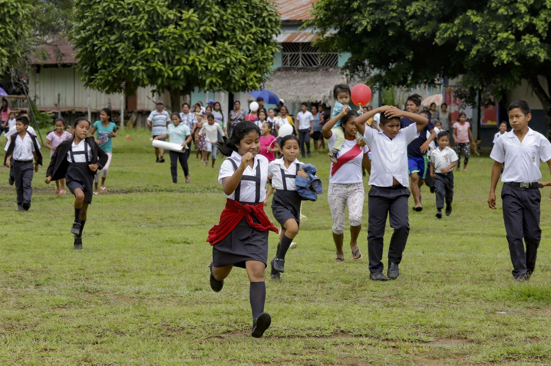 Alumnos de la institución educativa Lucille Gagne Pellerin del distrito de Napo-Santa Clotilde, se dirigen a sus nuevas aulas, parte del Plan Selva.  Foto:ANDINA/Juan Pablo Azabache