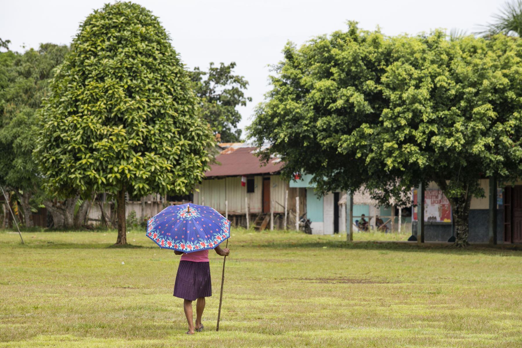 Anciana regresa a su hogar luego de presenciar la inauguración de nuevas aulas para los niños de su distrito.Foto: ANDINA/Juan Pablo Azabache