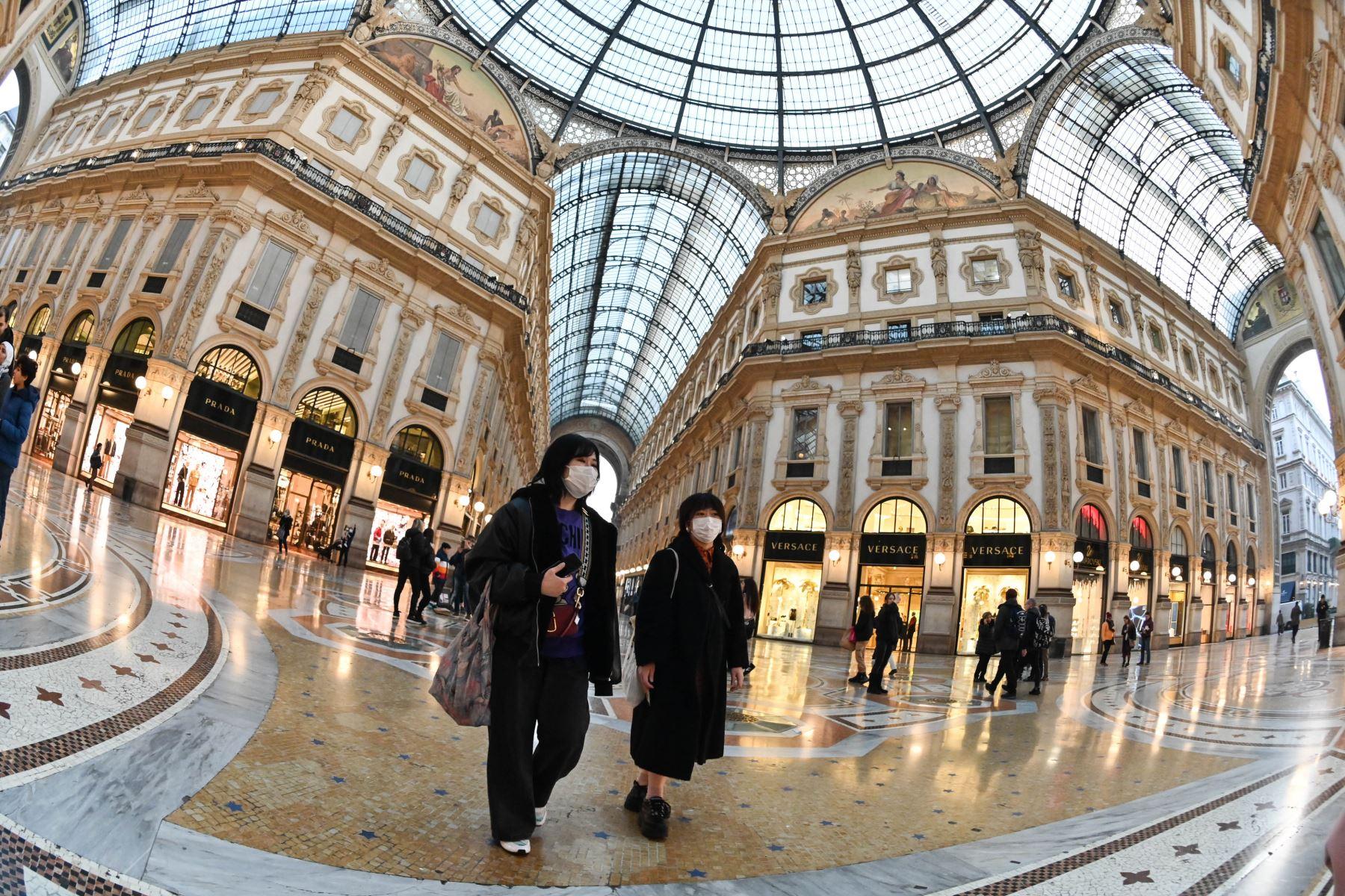 Turistas que llevan máscaras protectoras visitan la Galería Vittorio Emanuele II, en el centro de Milán. Foto: AFP