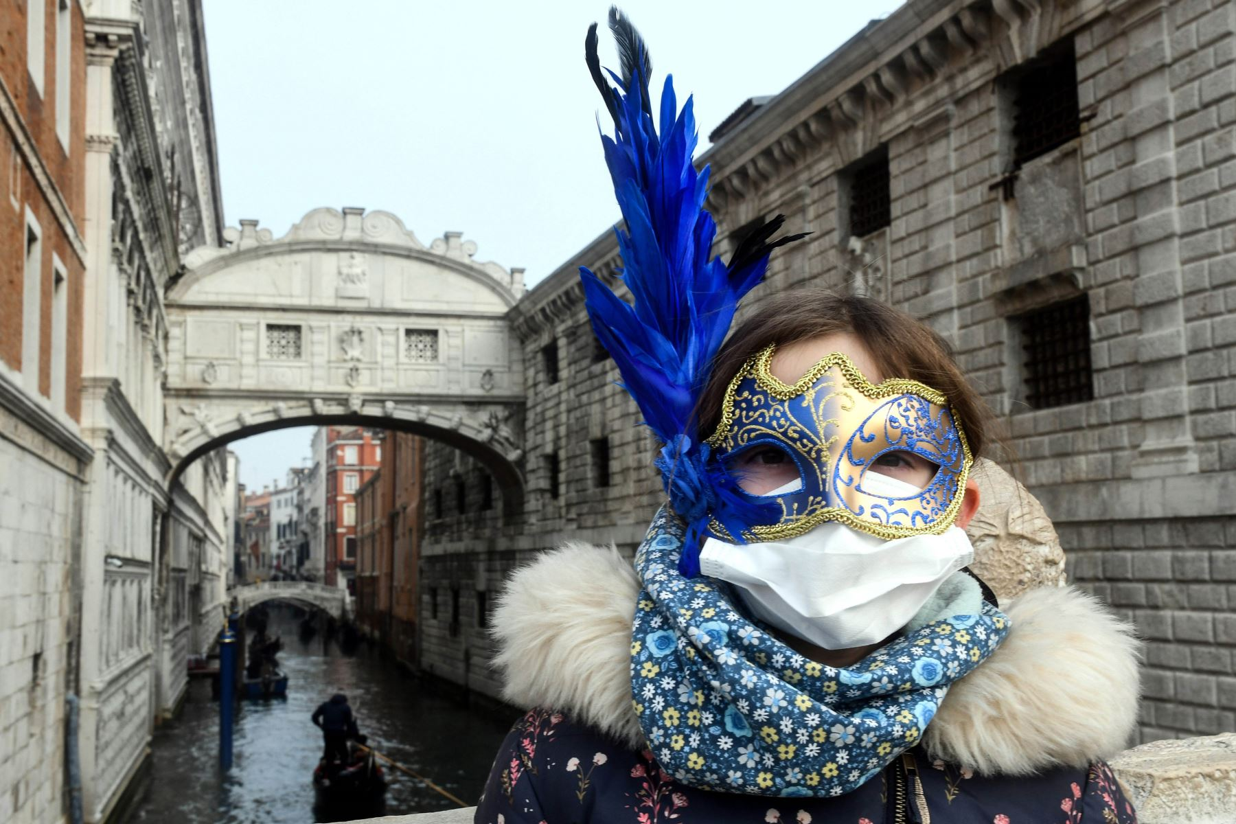 Un joven turista usa una máscara protectora en las calles de Venecia. Foto: AFP