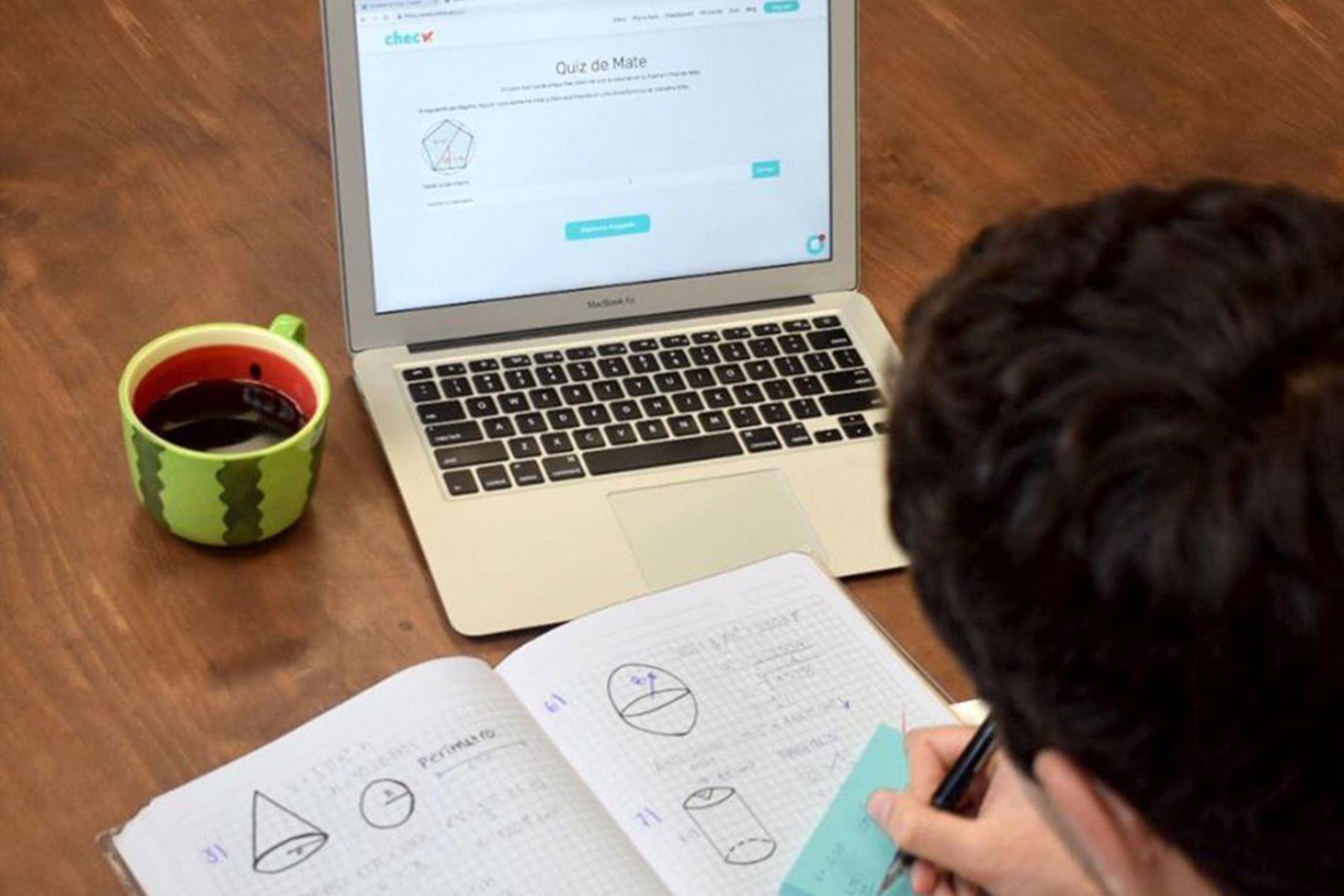 Check es una plataforma digital, disponible actualmente para el nivel secundario en las materias de matemáticas y ciencias, que busca reemplazar los textos tradicionales