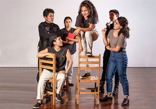 Alumnos del tercer año del Club de Teatro de Lima muestran su arte con Sofía en el tiempo.