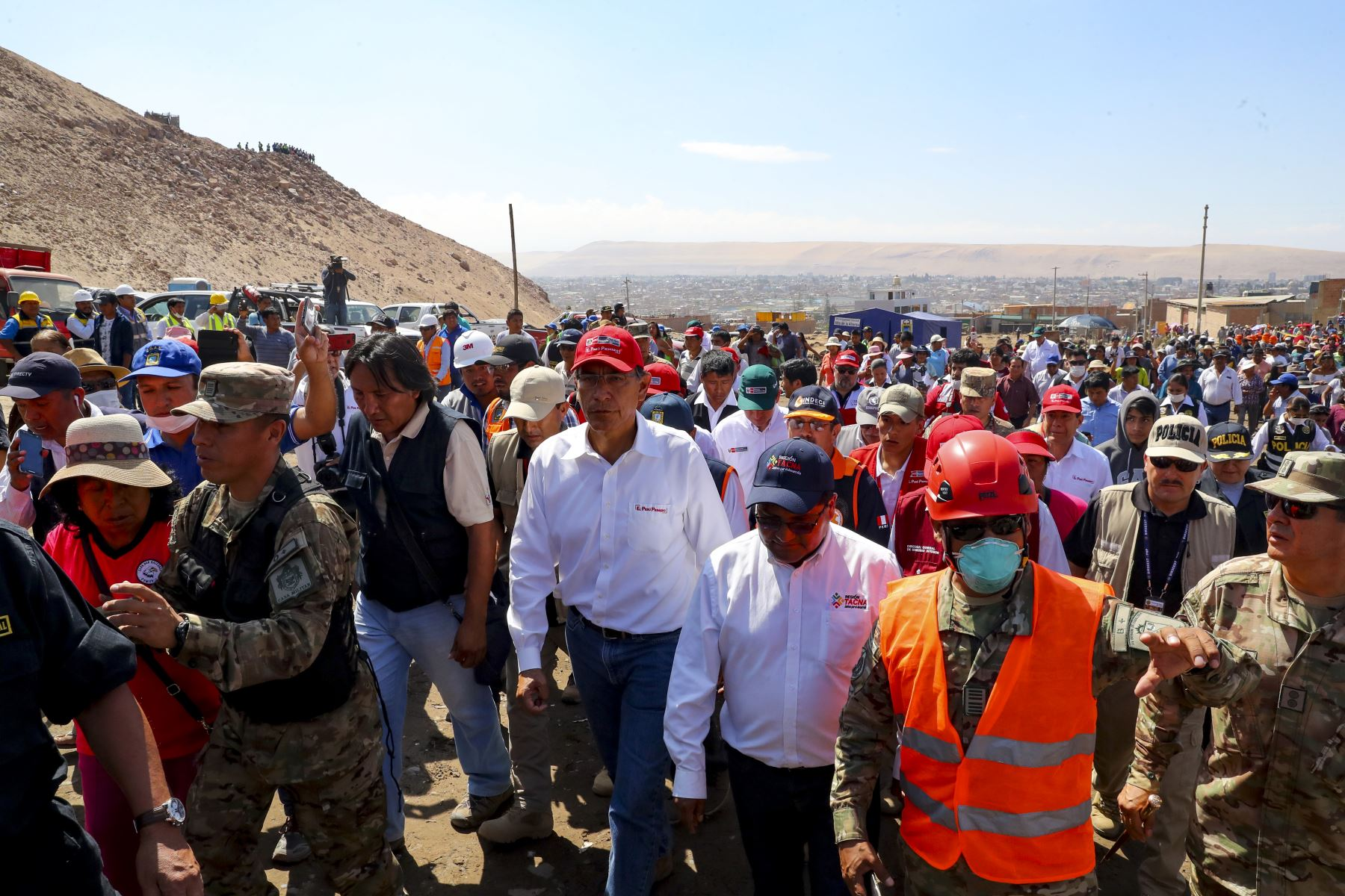 El Presidente de la República, Martín Vizcarra, arribó a la región Tacna para supervisar y evaluar las acciones multisectoriales en apoyo a los damnificados por las fuertes lluvias y posterior huaico que afectaron esta zona del país. Foto: ANDINA/Prensa Presidencia