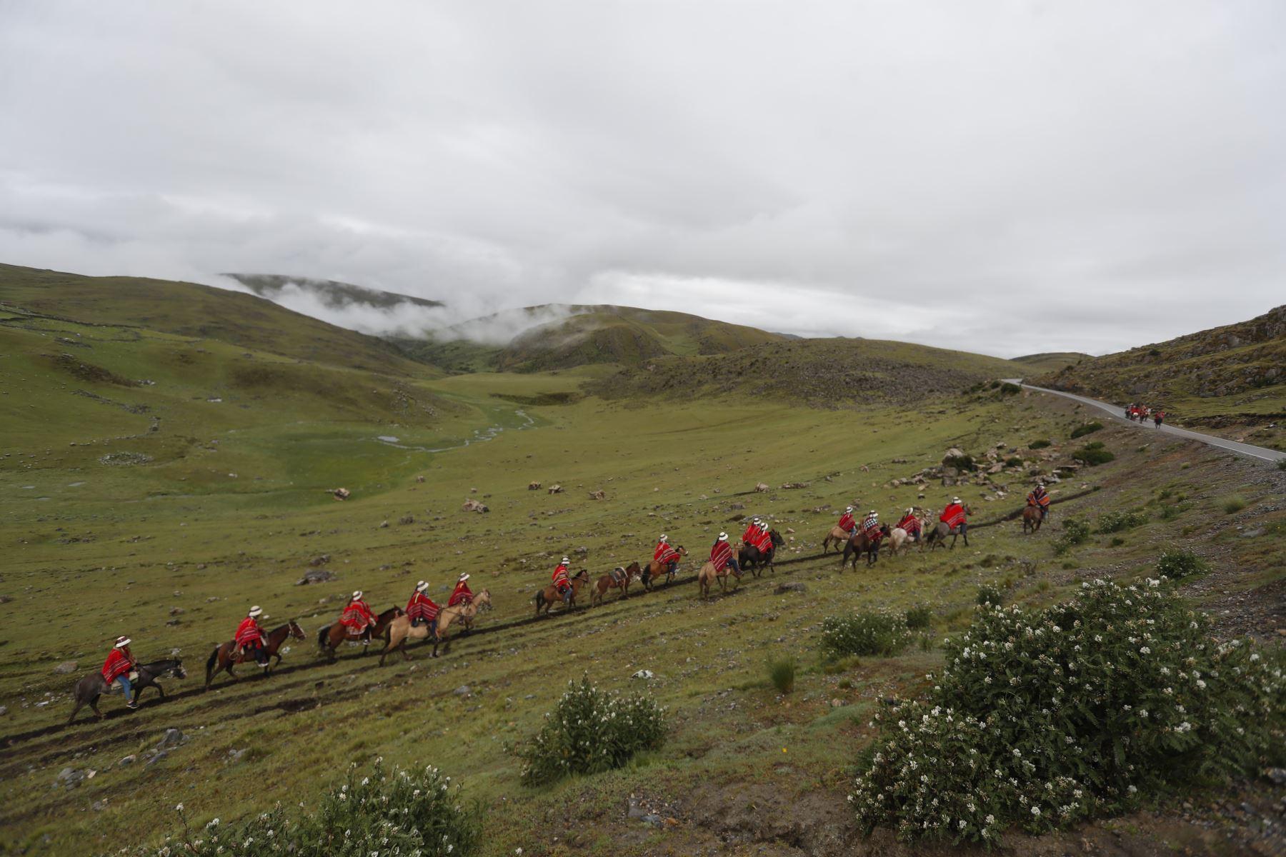 Desde las primeras horas de la mañana, montados en sus caballos, cientos de cotabambinos cabalgan hacia la explanada de Porotopampa, en Tambobamba. Foto: ANDINA/Renato Pajuelo