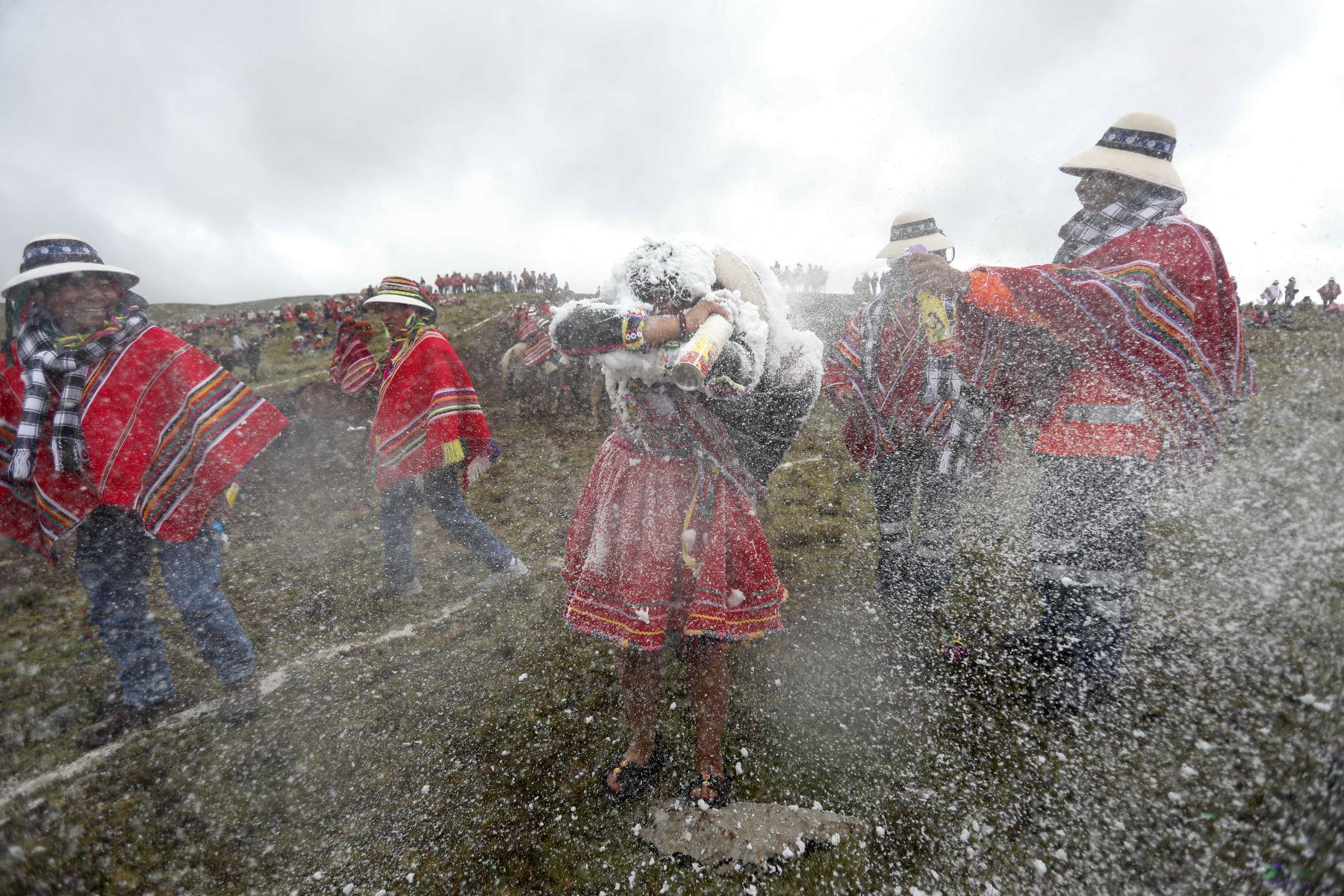 Se lanzan además aerosoles de espuma para amenizar aún más la festividad. Foto: ANDINA/Renato Pajuelo
