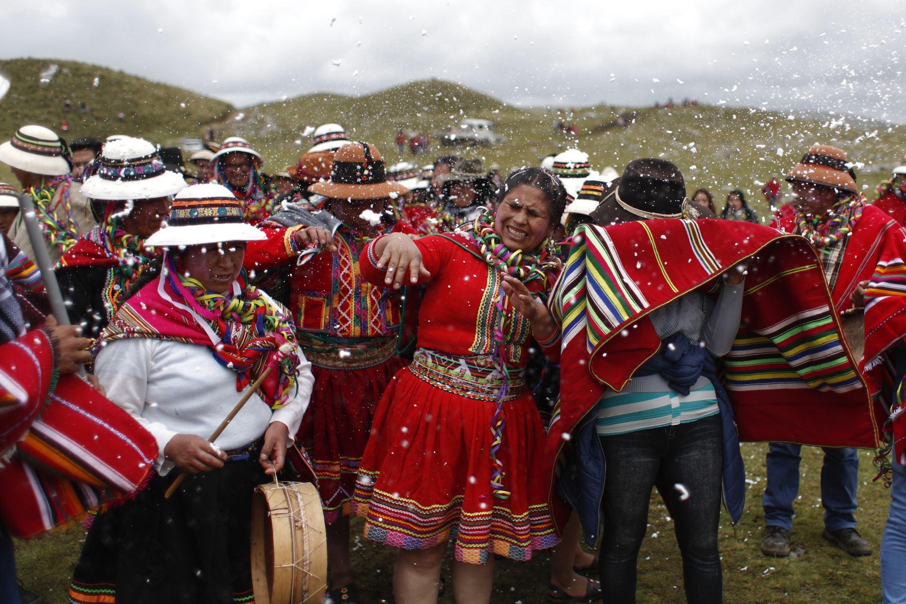 A ritmo de tambores y quenas, comunidades enteras llegan danzando hacía el corazón de la fiesta. Foto: ANDINA/Renato Pajuelo