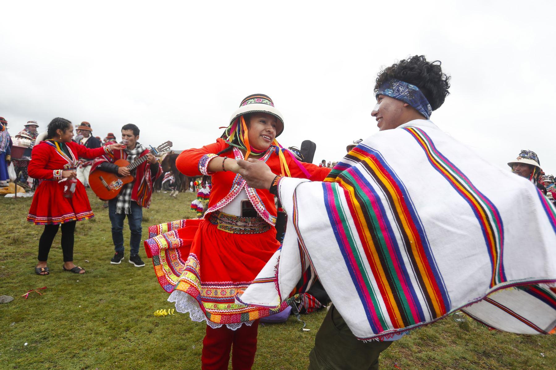 Muchos jóvenes aprovechan la festividad para conquistar el corazón de alguna chica a través de sus mejores pasos de baile. Foto: ANDINA/Renato Pajuelo
