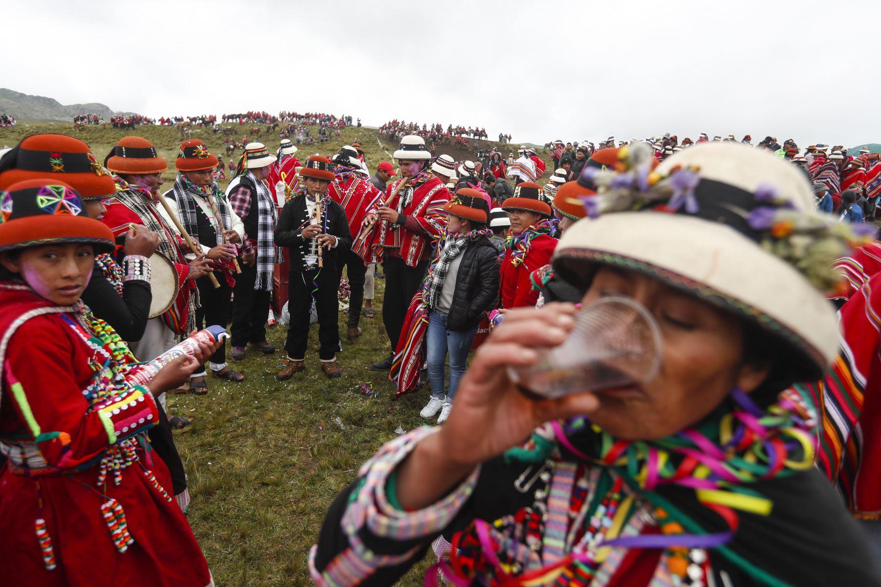 Familias y amistades comparten algunos vasos de trago para calentar el cuerpo durante la fría mañana. Foto: ANDINA/Renato Pajuelo