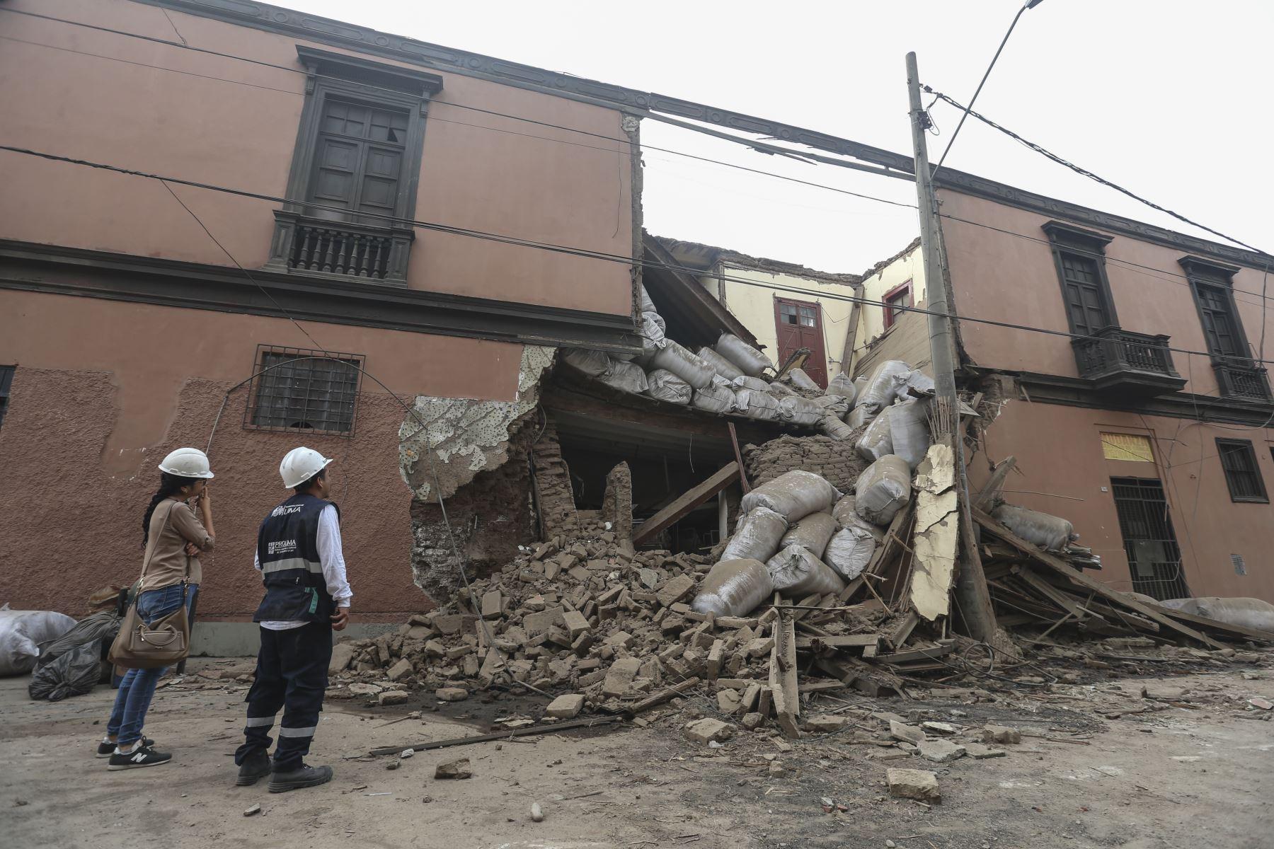 Una casona ubicada en la cuadra 3 del jirón Cotabambas en el Cercado de Lima se derrumbó debido al exceso de peso colocado en su interior. Foto: ANDINA/Jhonel Rodríguez Robles