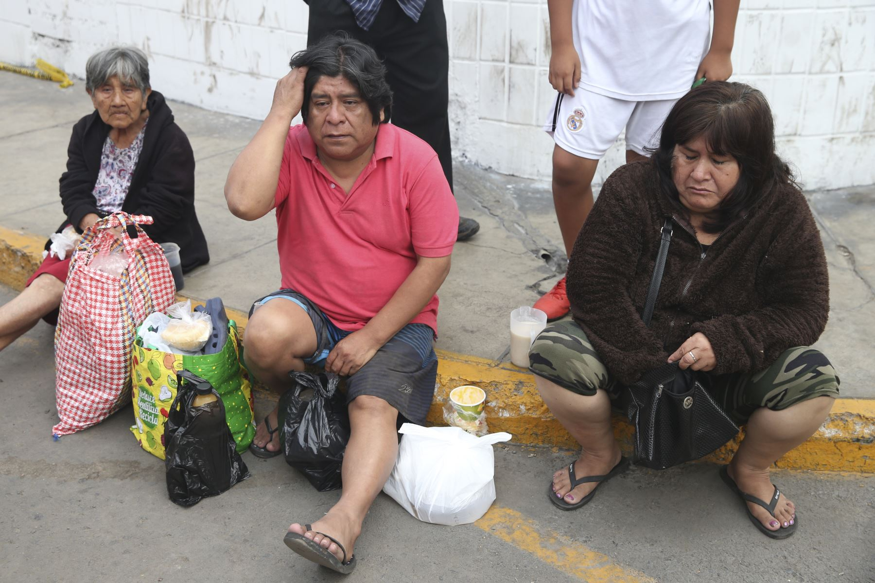 Luz Barrios de Mesías (79) y su hijo, Alejandro Mesías Barrios (50) pudieron salir ilesos gracias a la rápida acción de los bomberos. Foto: ANDINA/Jhonel Rodríguez Robles