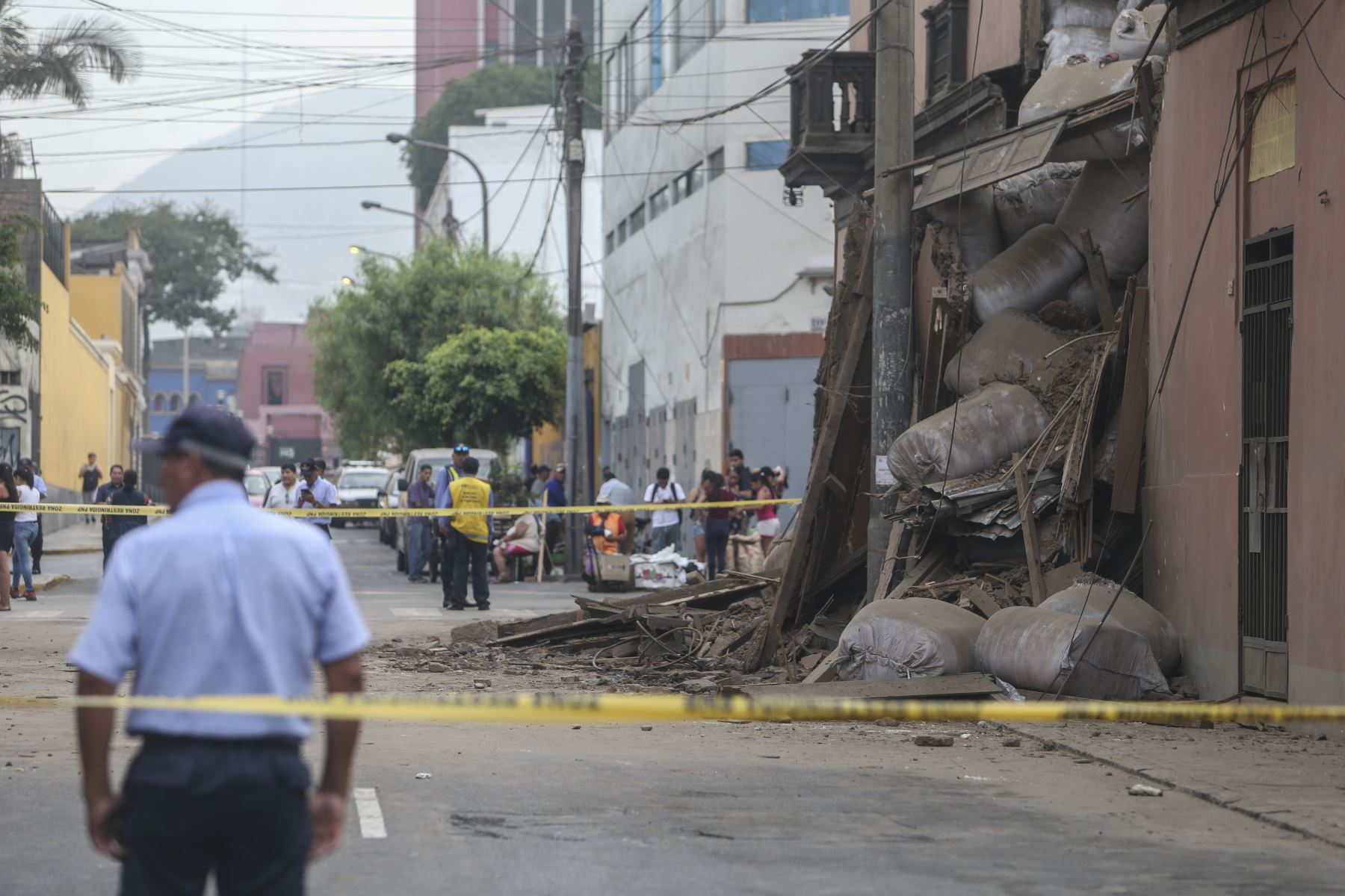El jirón Cotabambas permanecerá cerrado hasta que puedan remover los escombros que quedaron tras el derrumbe. Foto: ANDINA/Jhonel Rodríguez Robles
