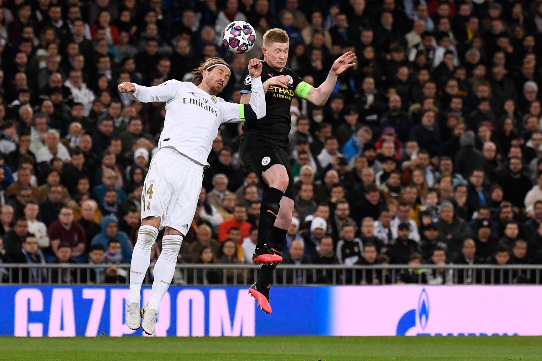 El defensa español del Real Madrid, Sergio Ramos compite con el centrocampista belga del Manchester City Kevin De Bruyne durante la ronda de 16 de la UEFA Champions League partido de fútbol de ida entre el Real Madrid CF y el Manchester City. Foto: AFP