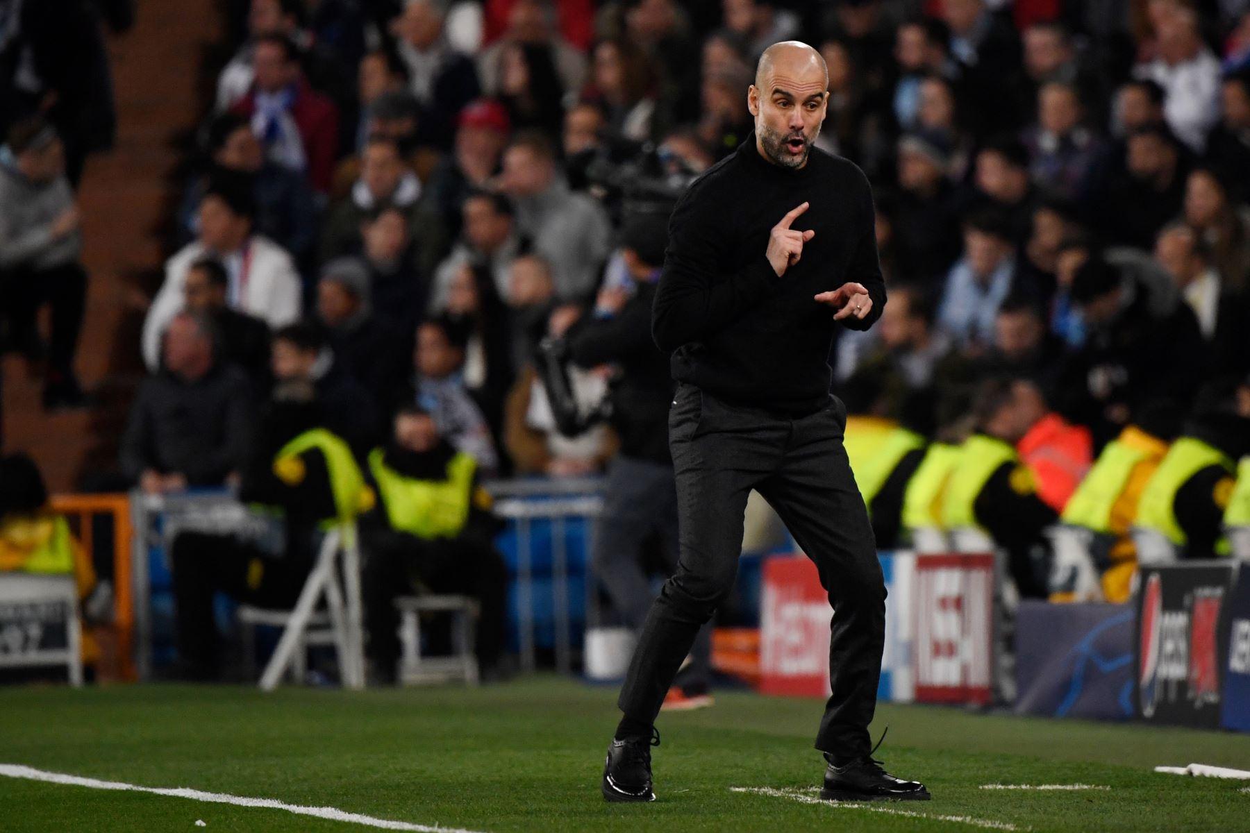 El entrenador español del Manchester City, Pep Guardiola, hace gestos durante la ronda de 16 partidos de fútbol de ida de la UEFA Champions League entre el Real Madrid CF y el Manchester City. Foto: AFP