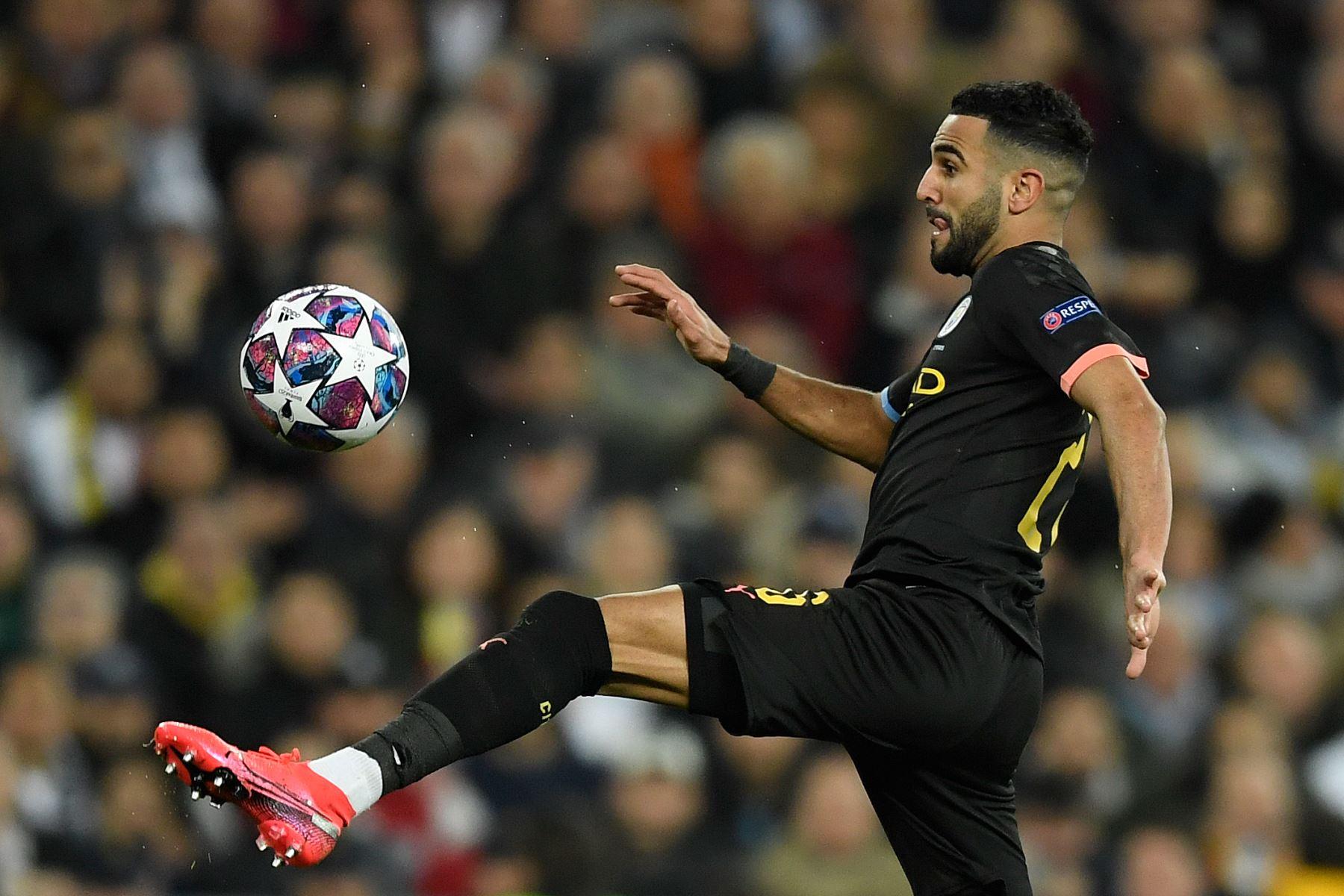 El centrocampista argelino del Manchester City, Riyad Mahrez, controla el balón durante los octavos de final de la UEFA Champions League entre el Real Madrid CF y el Manchester City. Foto: AFP