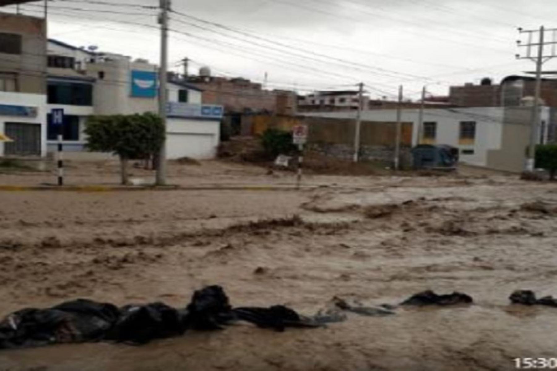 Río Moquegua de desborda inunda calles, viviendas e instituciones de la ciudad