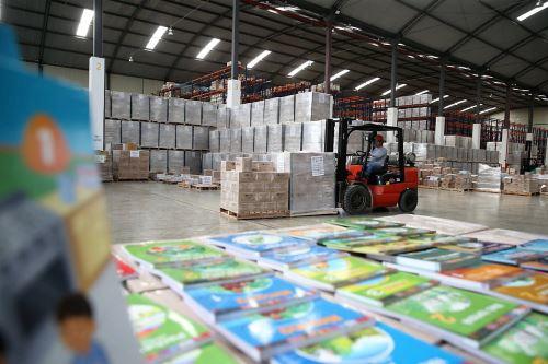 Minedu distribuye material educativo en todo el Perú.