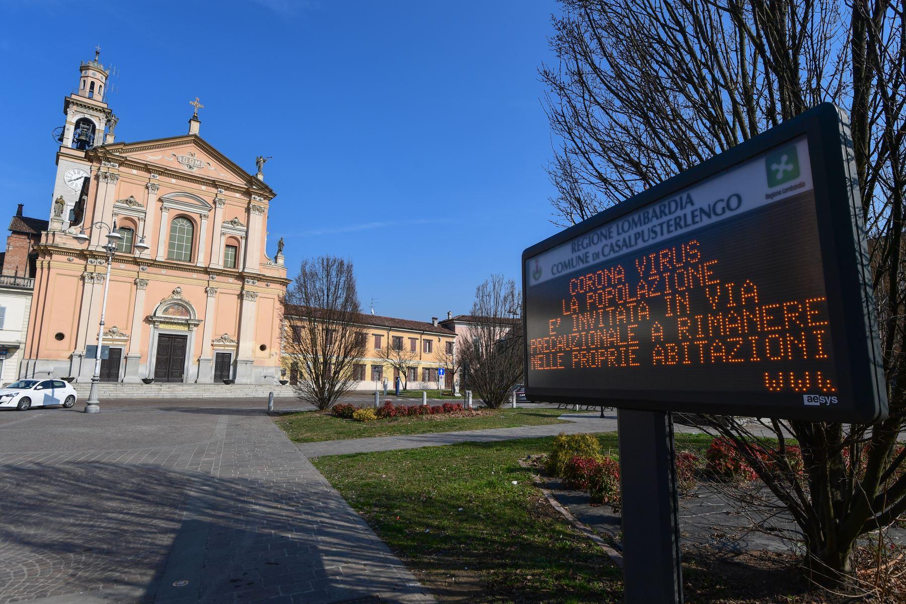 """En el pueblo de Casalpusterlengo, al sureste de Milán, se muestra un letrero de información municipal que dice """"Coronavirus, se invita a la población como medida de precaución a permanecer en su hogar"""". Foto: AFP"""