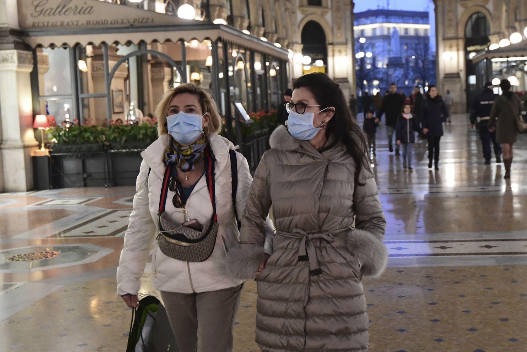Las mujeres que llevan una máscara protectora visitan la Galería Vittorio Emanuele II, cerca de la Piazza del Duomo en el centro de Milán,  luego de tomar medidas de seguridad en el norte de Italia contra el COVID-19. AFP