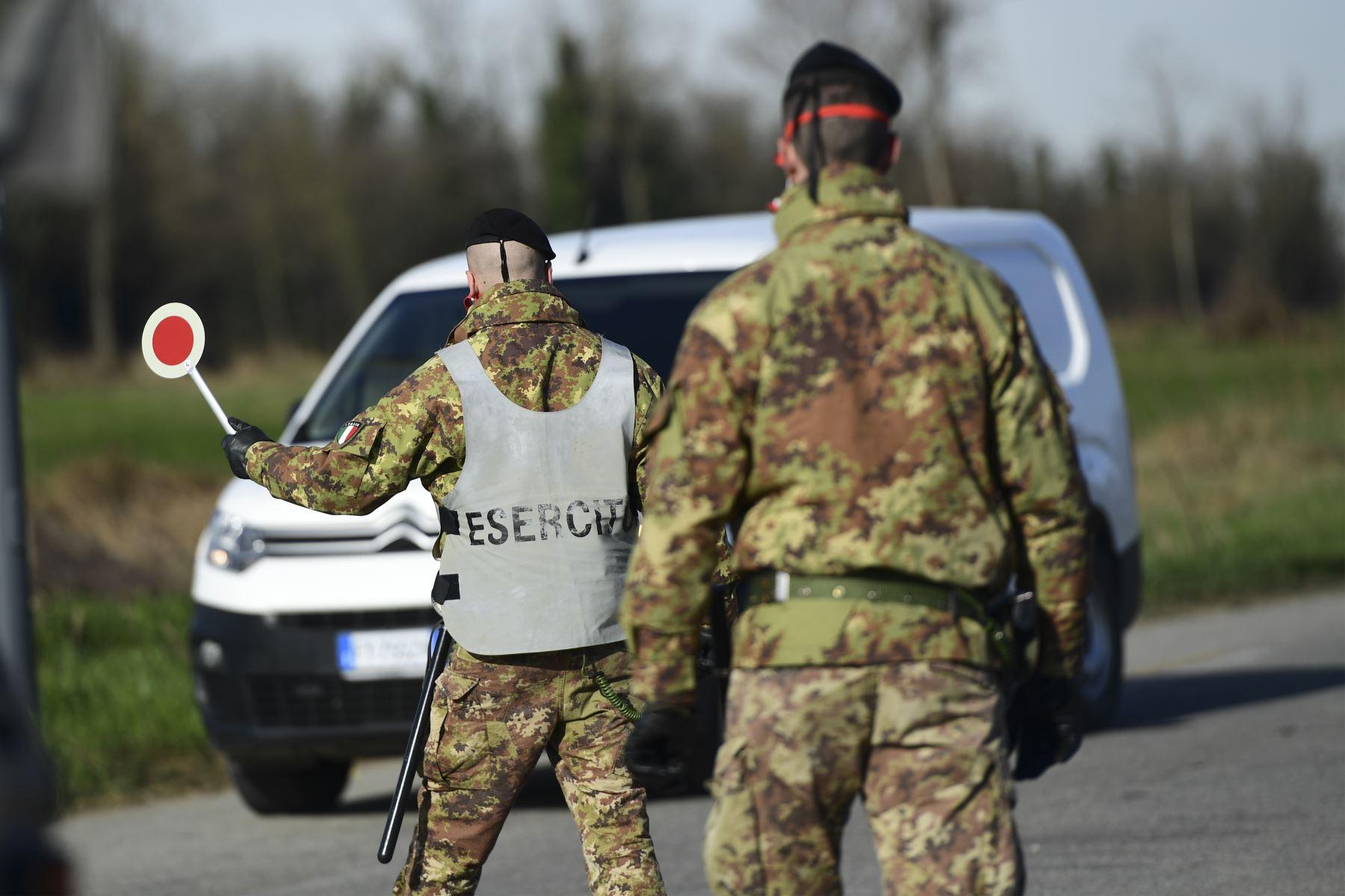 Los soldados del ejército italiano verifican el tránsito hacia y desde las áreas acordonadas en un puesto de control a pocos kilómetros de la pequeña ciudad de Castiglione d