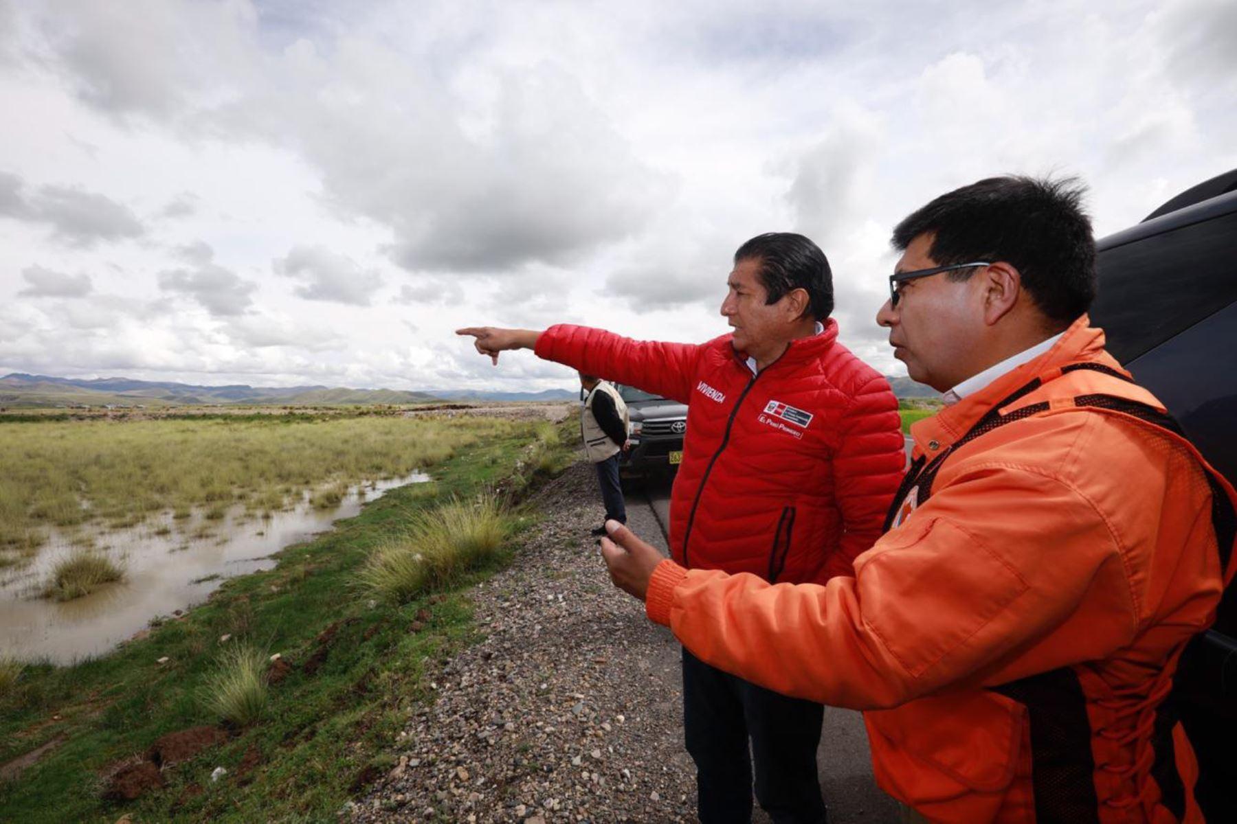 El ministro de Vivienda, Construcción y Saneamiento, Rodolfo Yáñez, visitó los puntos críticos de la región Puno que se encuentran en peligro inminente de desbordes ante la temporada de lluvias.