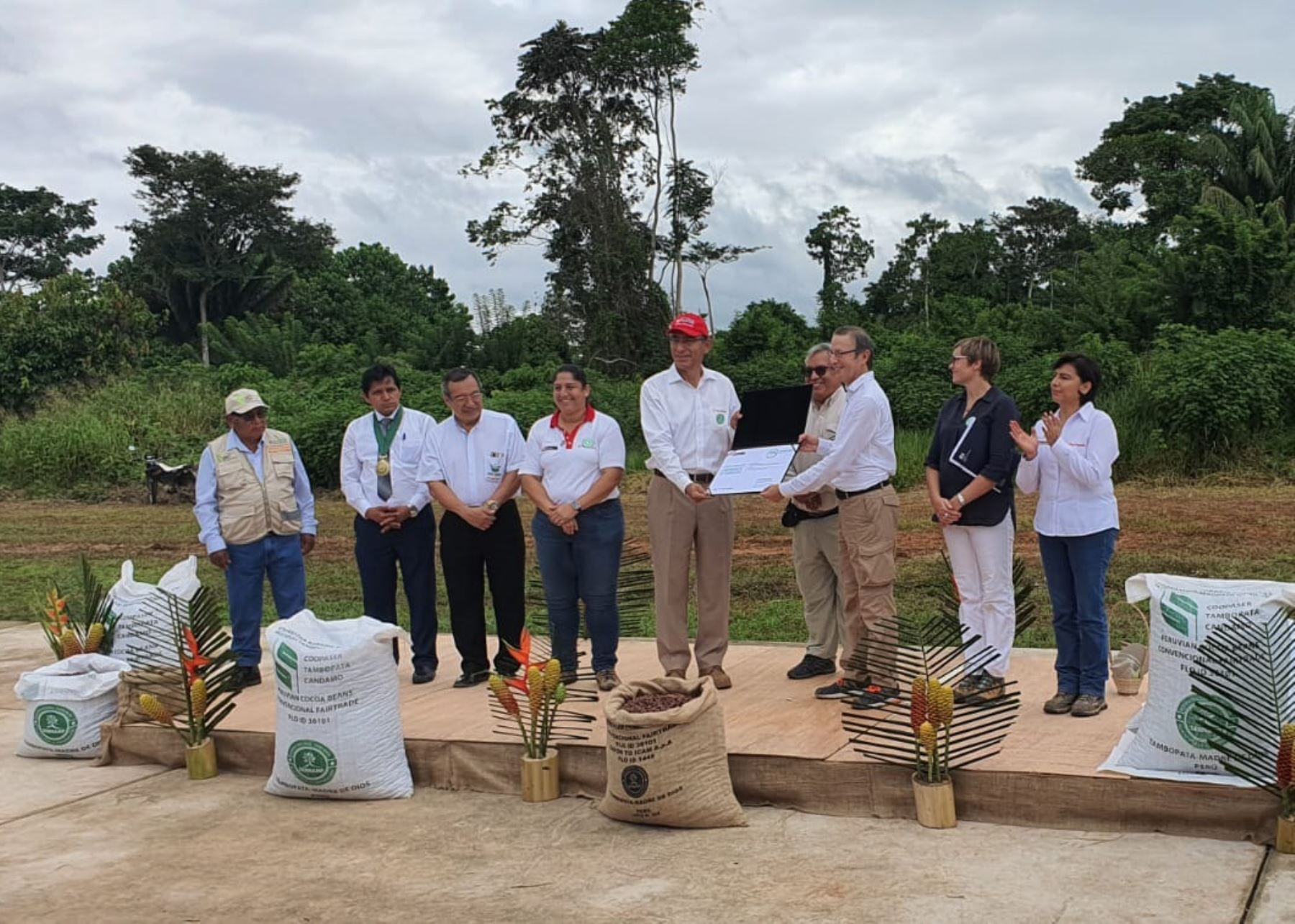 Presidente Martín Vizcarra en visita de trabajo en la región Madre de Dios. Foto: Twitter @MinamPeru