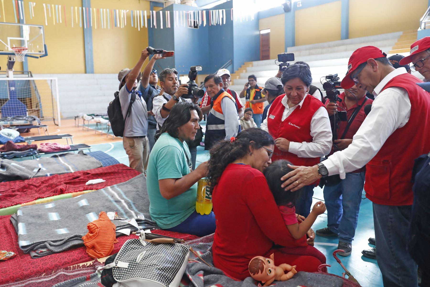 Damnificados por los huaicos en Moquegua pernoctan en el coliseo Miguel Zeballos Malaga.  Foto: ANDINA/Carlos Lezama