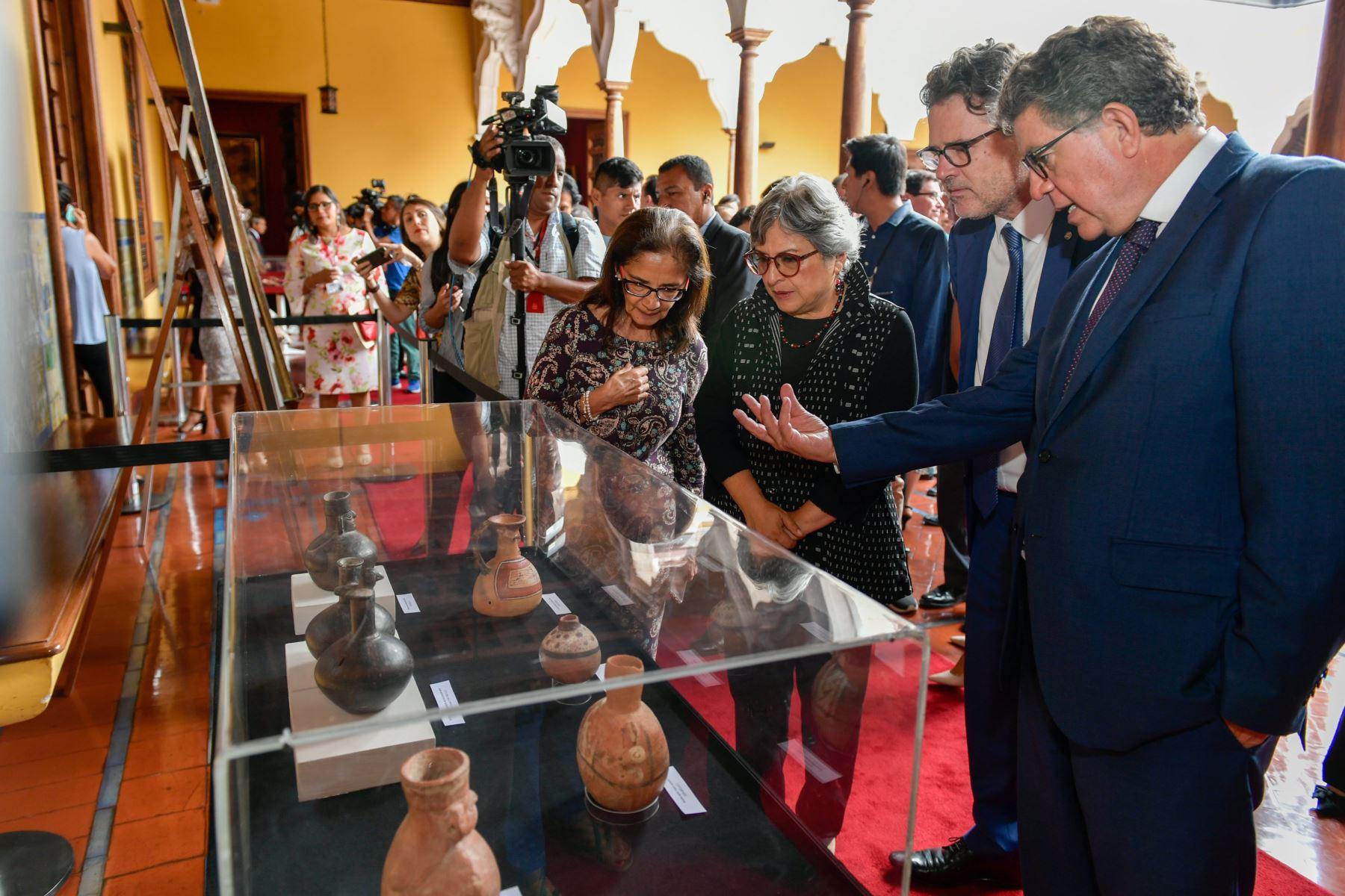 Ministra de Cultura, Sonia Guillén recibe 21 bienes culturales recuperados que constituyen parte del Patrimonio Cultural  a través de la Cancilleria del Perú Los  bienes fueron repatriados de Argentina, Brasil, Ecuador y Canadá. Foto: Cancillería del Perú
