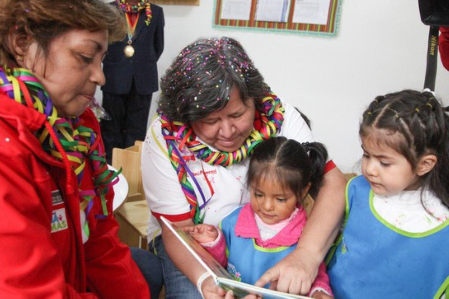 La ministra de Desarrollo e Inclusión Social, Ariela Luna, reiteró que el Ejecutivo tiene a la primera infancia como una de sus prioridades. Así lo expresó durante su visita a la ciudad del Cusco, donde supervisó la puesta en funcionamiento de dos nuevos Centros Infantiles de Atención Integral, del Programa Nacional Cuna Más, en el distrito de San Sebastián.