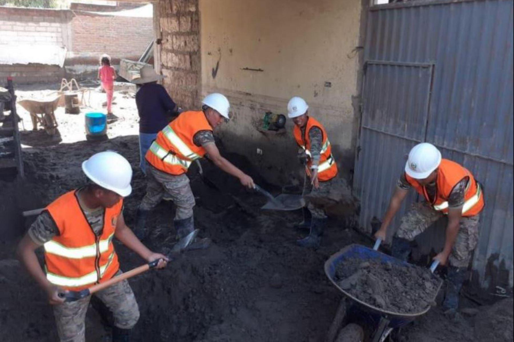 Más de 1,000 efectivos de las Fuerzas Armadas fueron desplegados en diversas regiones del país, para atender las emergencias causadas por lluvias intensas, principalmente en las regiones Tacna, Arequipa, Moquegua, Cusco y Puno, con labores que van desde la remoción de escombros hasta puentes aéreos humanitarios.