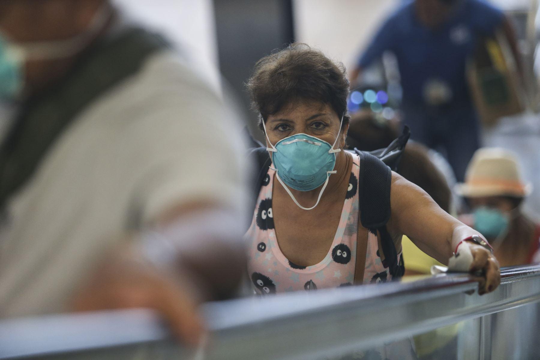 """""""Es hora de poner paños fríos al pánico"""" por el coronavirus y más bien aprovechar esta alarma para educar a la población sobre la necesidad de vacunarse, principalmente contra la influenza y la neumonía"""", dicen expertos. ANDINA/Jhonel Rodríguez Robles"""