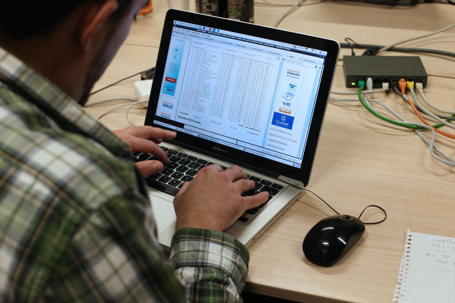 Ciberdelincuentes pueden aprovechar vulnerabilidades de empresas y robar datos sensibles de clientes de sus bancos de datos. Foto: AFP.